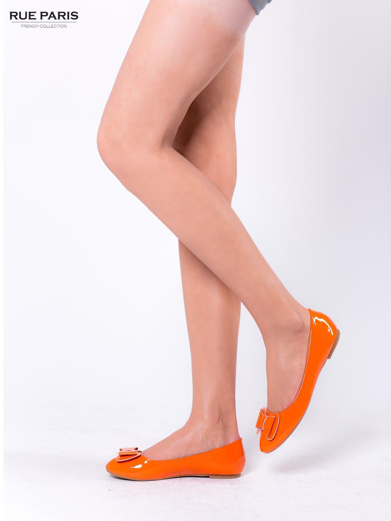 Pomarańczowe baleriny lakierowane z kokardką                                  zdj.                                  4