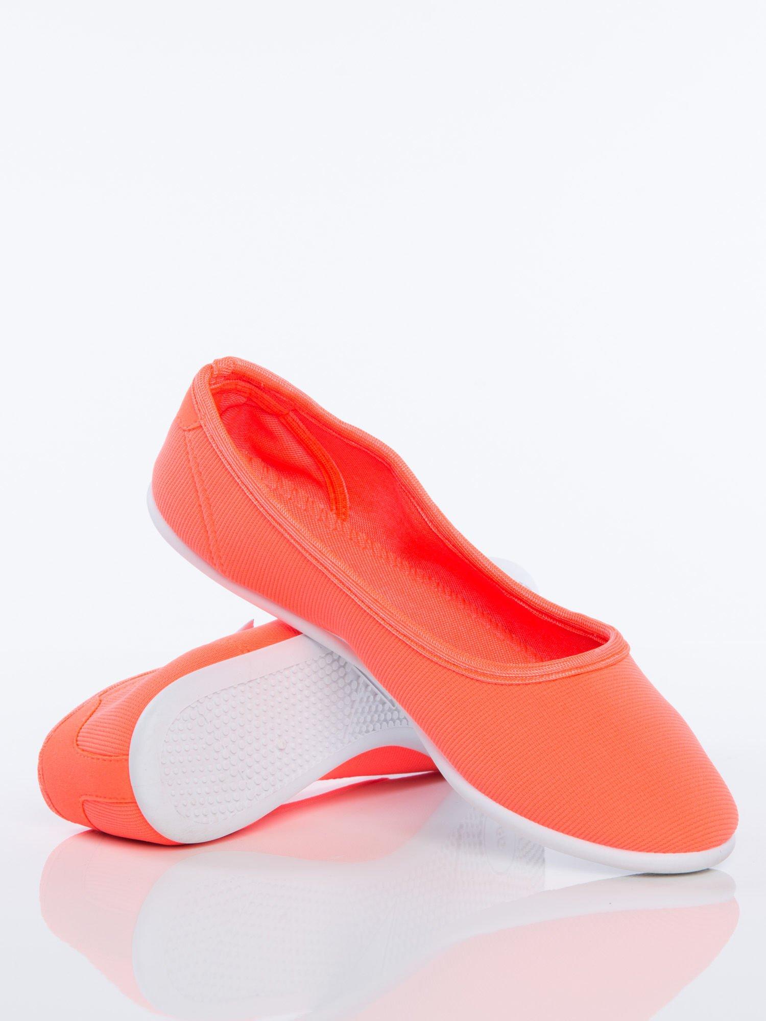Pomarańczowe gładkie materiałowe baleriny Mellow na białej podeszwie                                  zdj.                                  1
