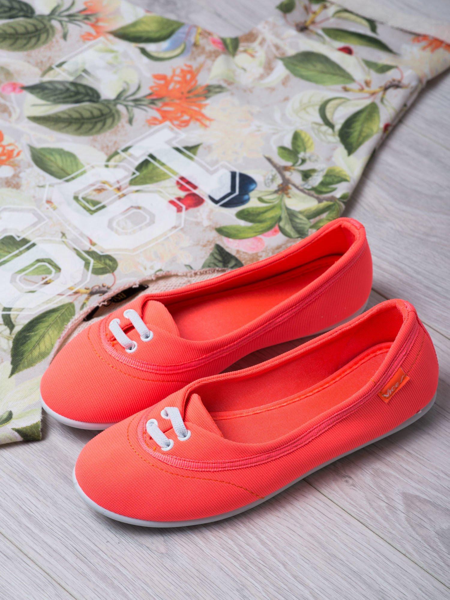 Pomarańczowe materiałowe baleriny Cushy Court ze sznurówkami i białą podeszwą                                  zdj.                                  1