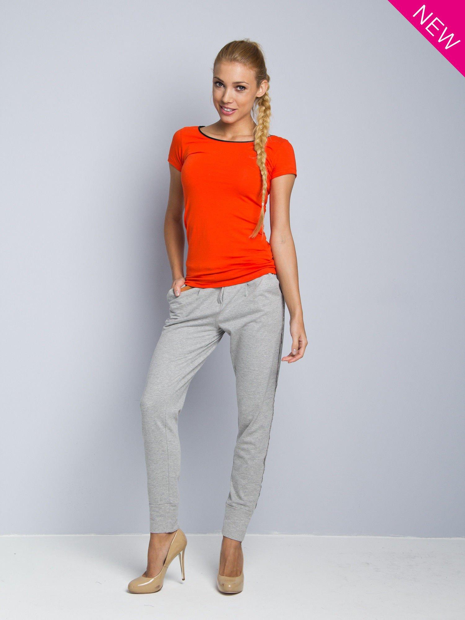 Pomarańczowy t-shirt z czarną lamówką przy dekolcie                                  zdj.                                  2