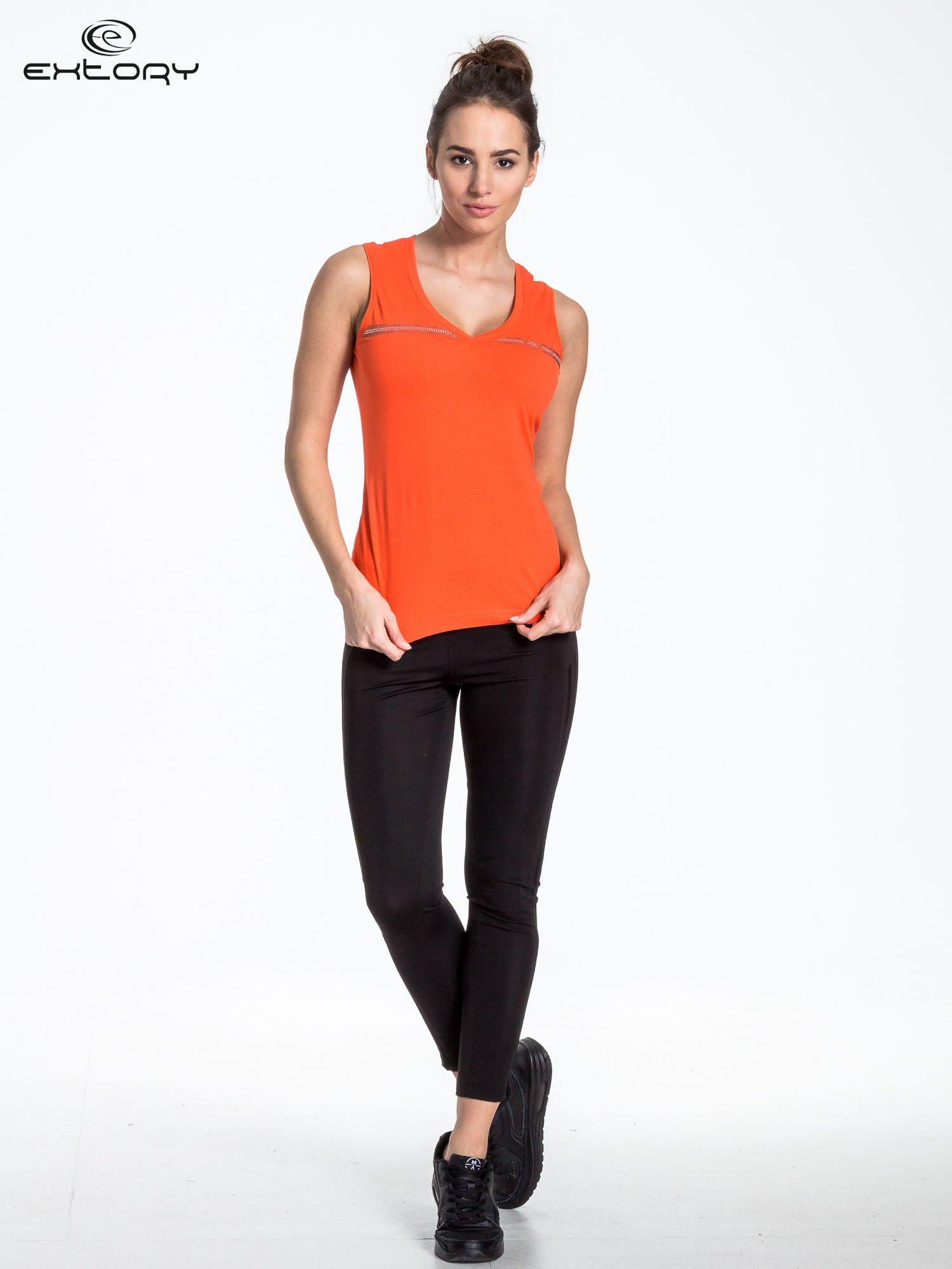 Pomarańczowy t-shirt z poziomym nadrukiem na dekolcie                                  zdj.                                  2