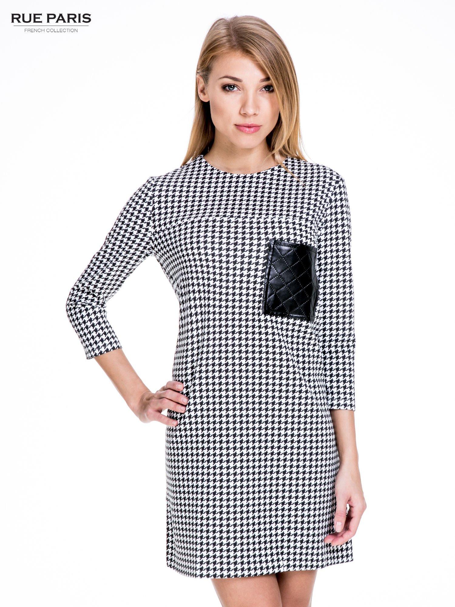 Prosta sukienka w pepitkę z kieszonką z pikowanej skóry                                  zdj.                                  1