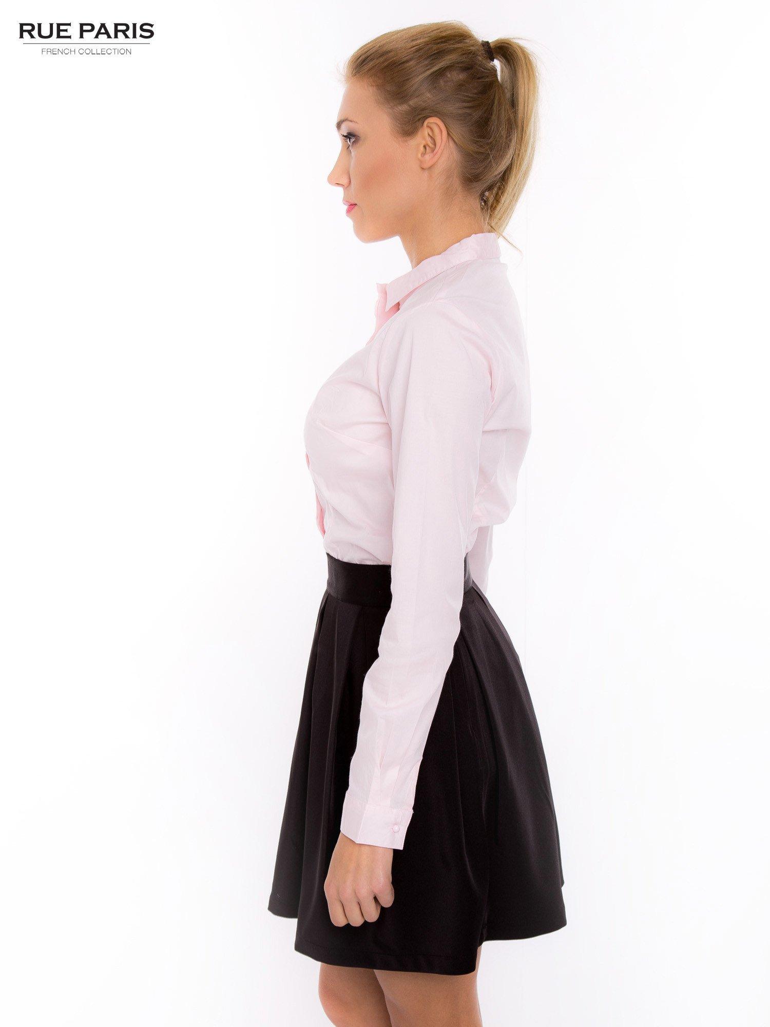 Pudroworóżowa koszula z krytą listwą i guzikami perełkami                                  zdj.                                  3
