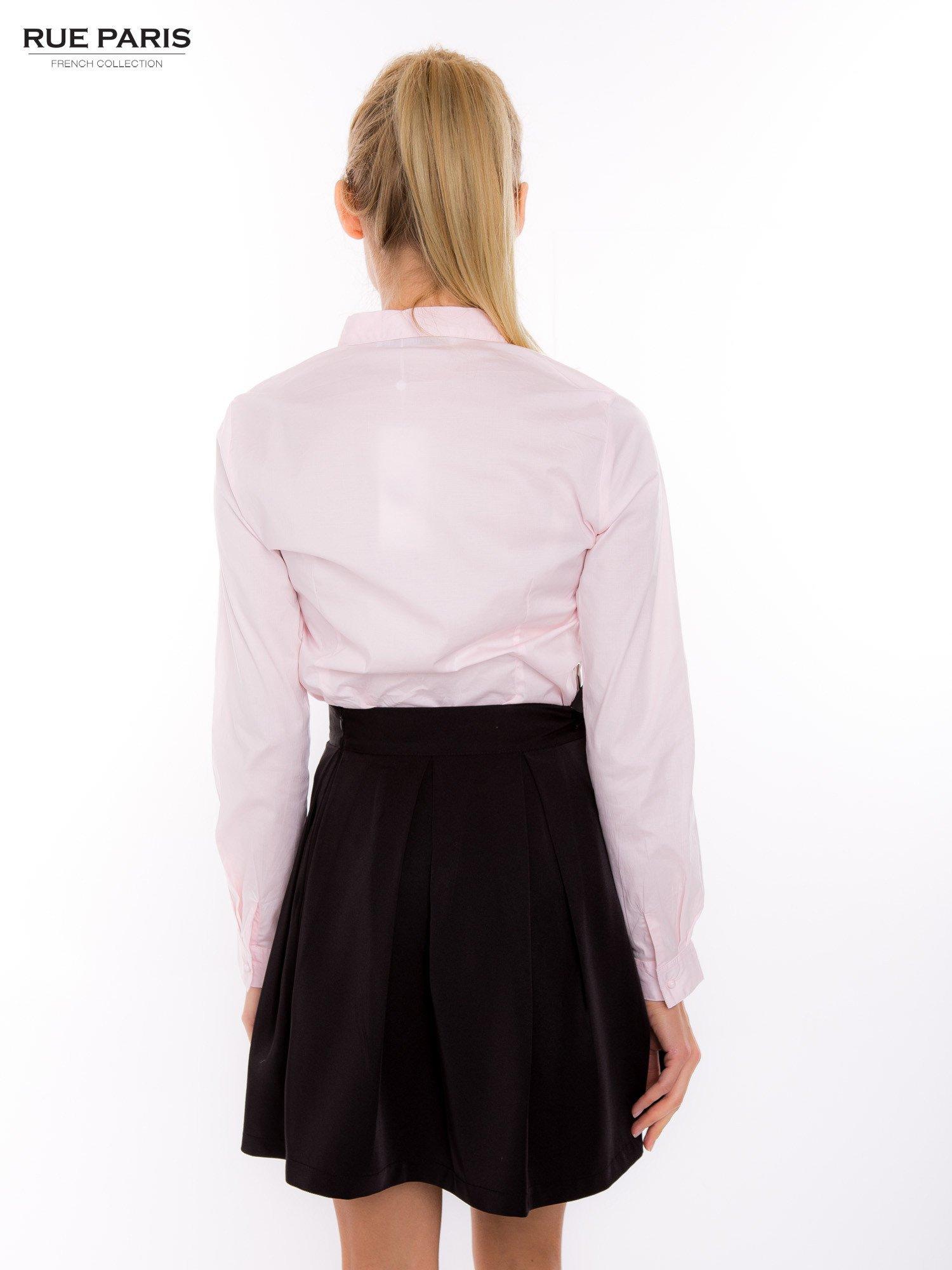 Pudroworóżowa koszula z krytą listwą i guzikami perełkami                                  zdj.                                  4