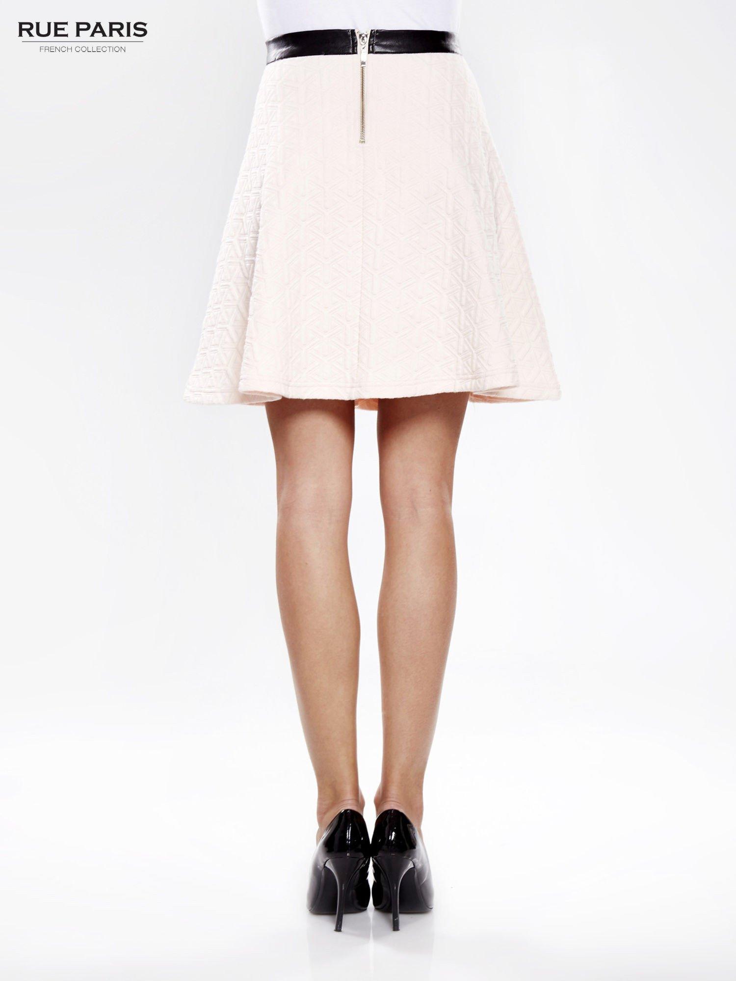 Różowa rozkloszowana spódnica ze skórzanym pasem z dzianiny wytłaczanej w geometryczny wzór                                  zdj.                                  4