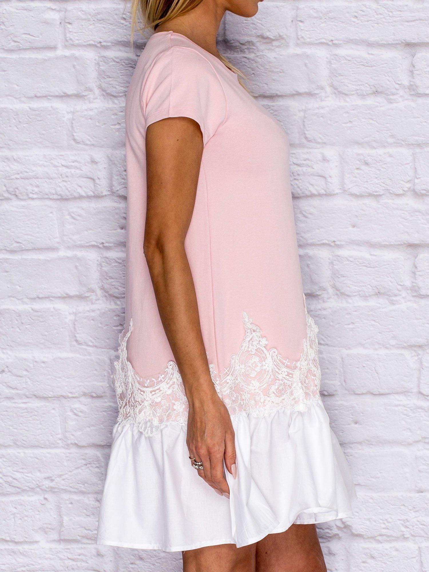 4e17c63b92 Różowa sukienka dresowa z kontrastową falbaną i koronką - Sukienka ...