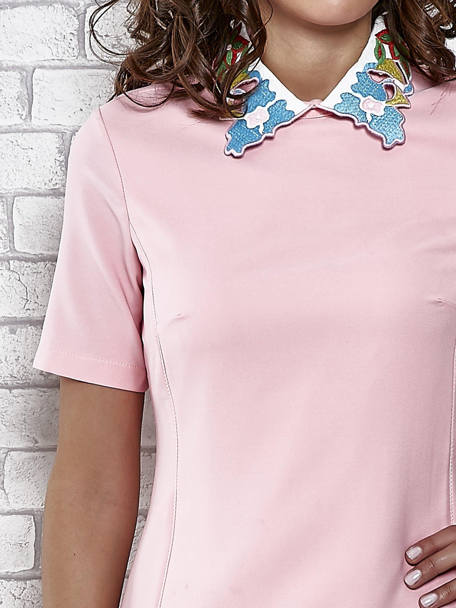 Różowa sukienka z wyszywanym kołnierzem                                  zdj.                                  5