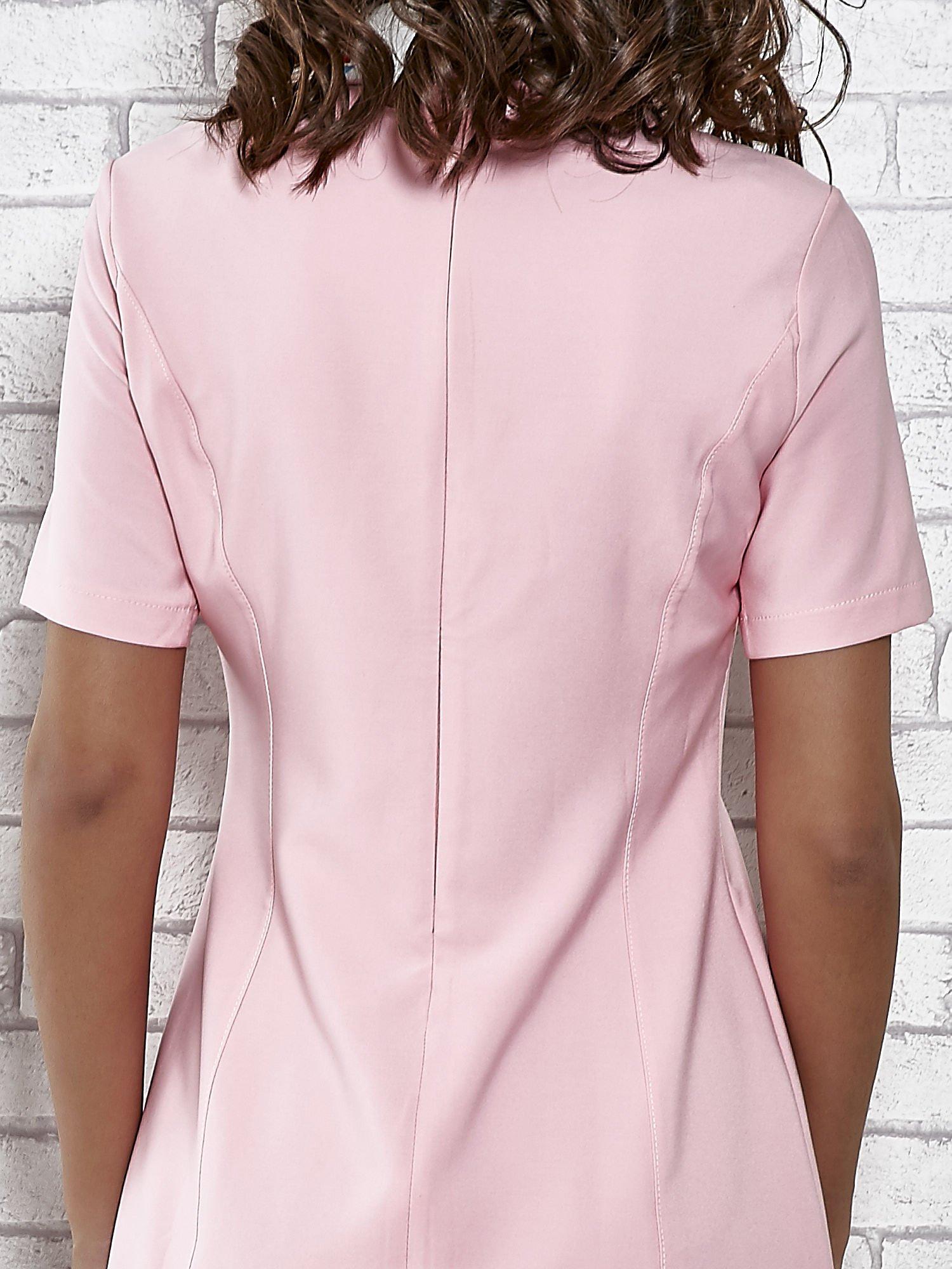 Różowa sukienka z wyszywanym kołnierzem                                  zdj.                                  6