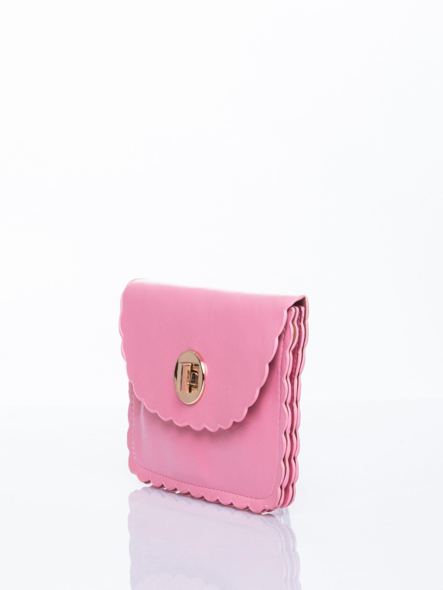 Różowa torebka listonoszka z falowanym wykończeniem                                  zdj.                                  3