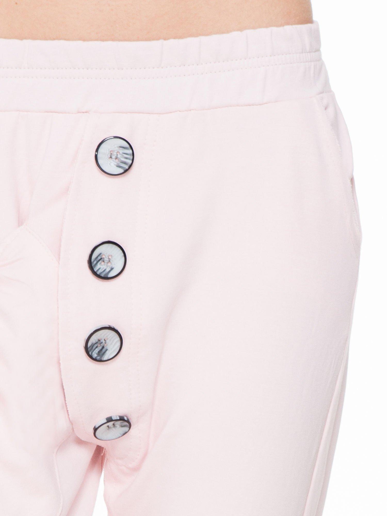 Różowe dresowe spodnie baggy z guzikami i ozdobnymi kieszonkami                                  zdj.                                  5