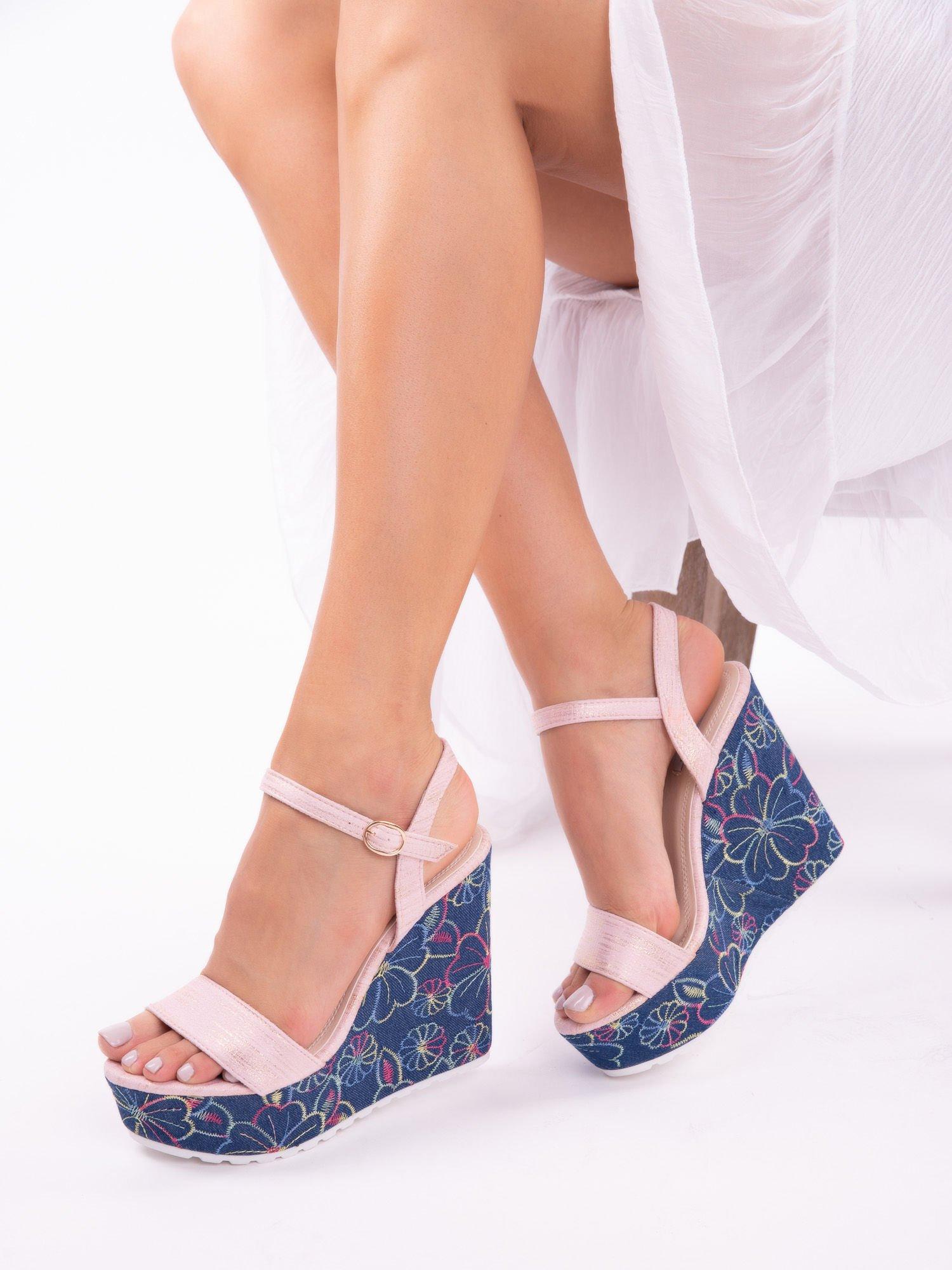 dd25fefa Różowe sandały na koturnach z kolorowymi haftami w kształcie kwiatów - Buty  Koturny - sklep eButik.pl