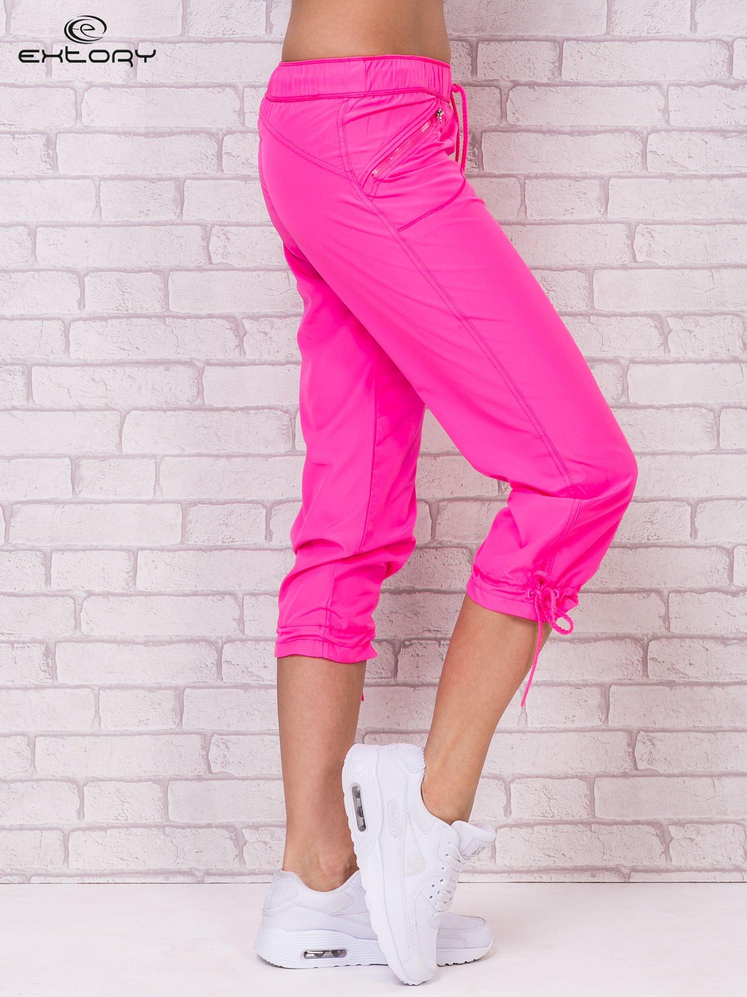 Różowe spodnie sportowe capri z wiązaniem                                  zdj.                                  3