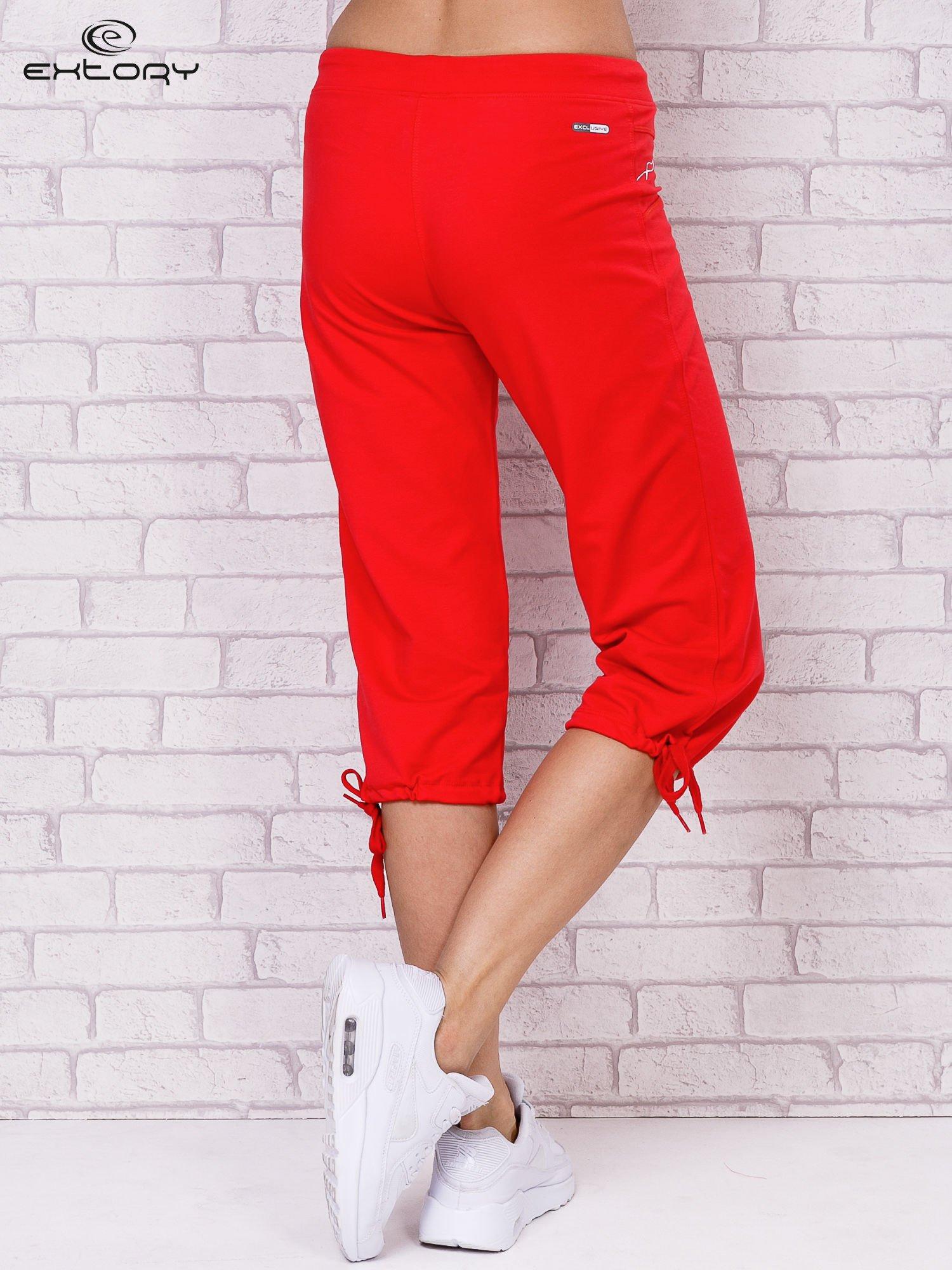 Różowe spodnie sportowe capri ze ściąganą nogawką                                  zdj.                                  2