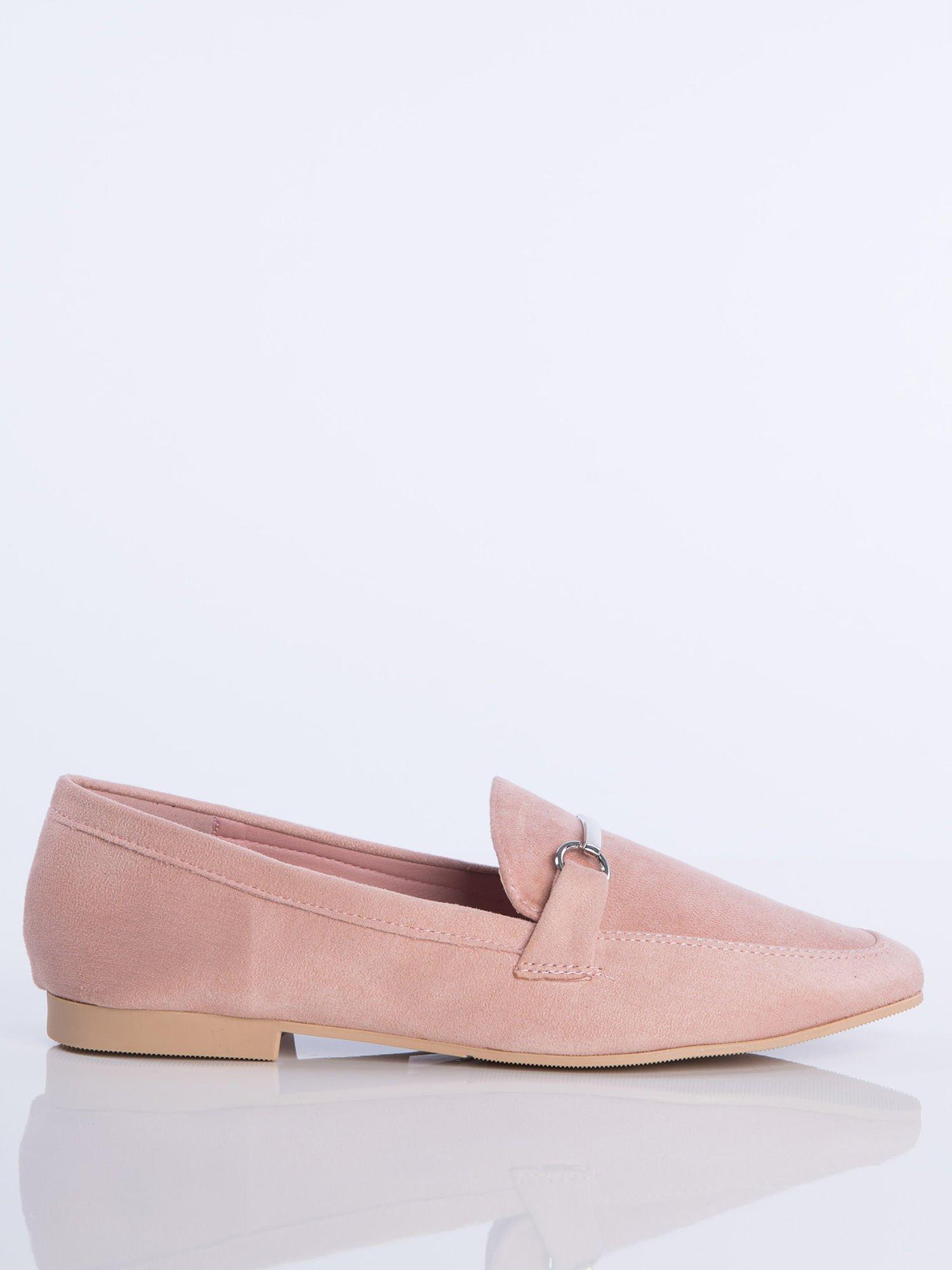e5f05c0e247de Różowe zamszowe mokasyny z ozdobną klamerką i paskiem na przodzie buta ...