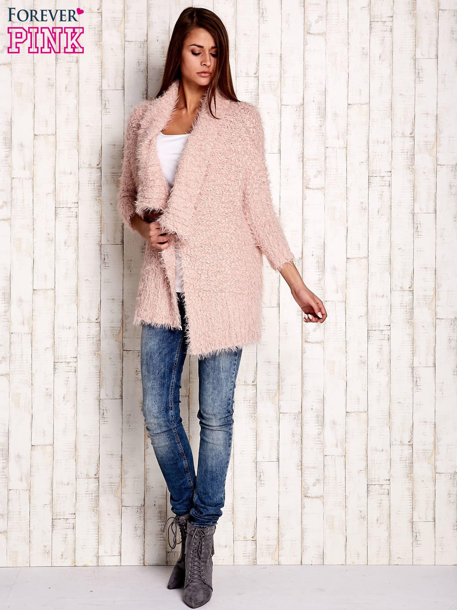 Różowy asymetryczny sweter z szerokim kołnierzem                                  zdj.                                  2