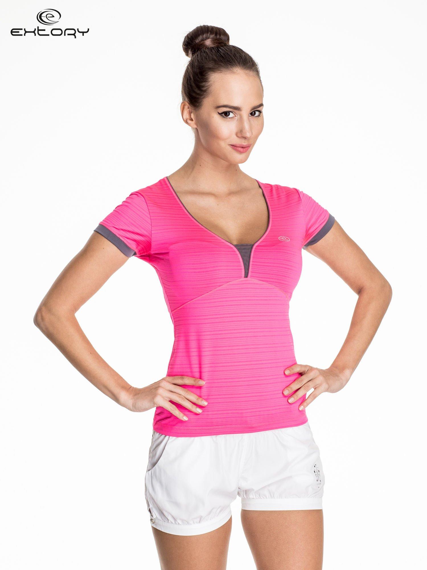 Różowy damski t-shirt sportowy w paski z lamówką                                  zdj.                                  1