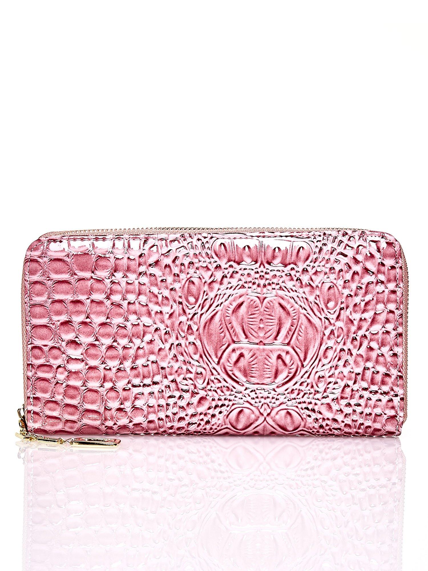 Różowy portfel kopertówka z motywem skóry krokodyla                                  zdj.                                  1