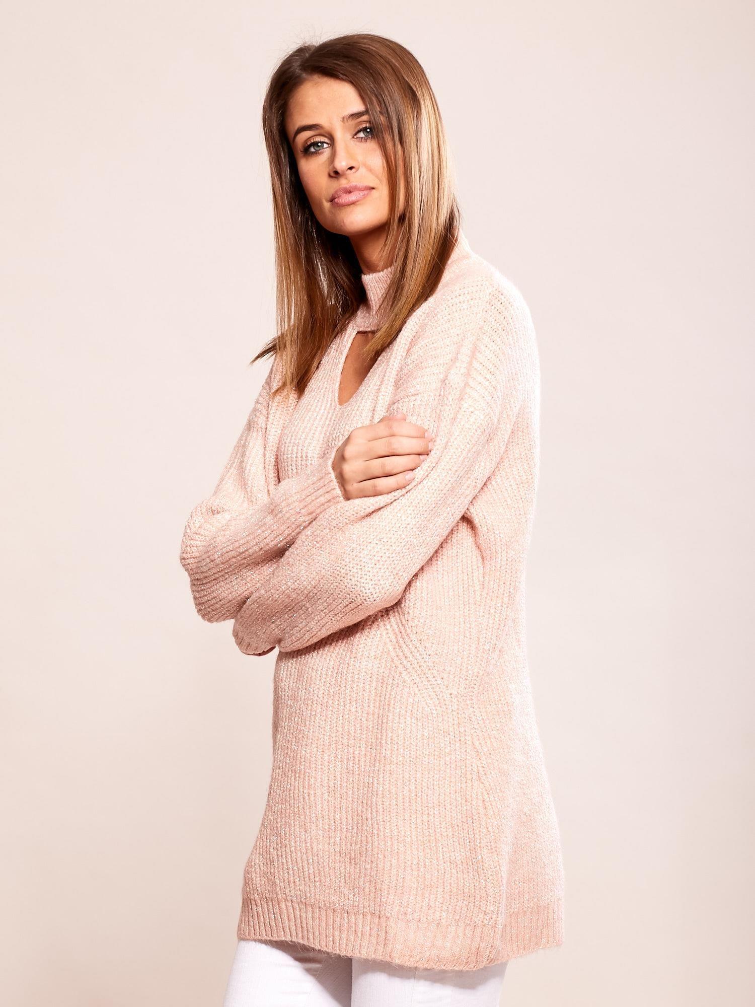 Różowy sweter z chokerem