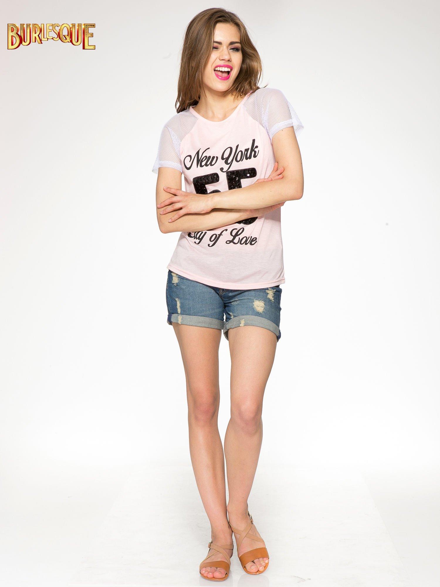 Różowy t-shirt z nadrukiem NEW YORK 55 i siatkowymi rękawami                                  zdj.                                  2