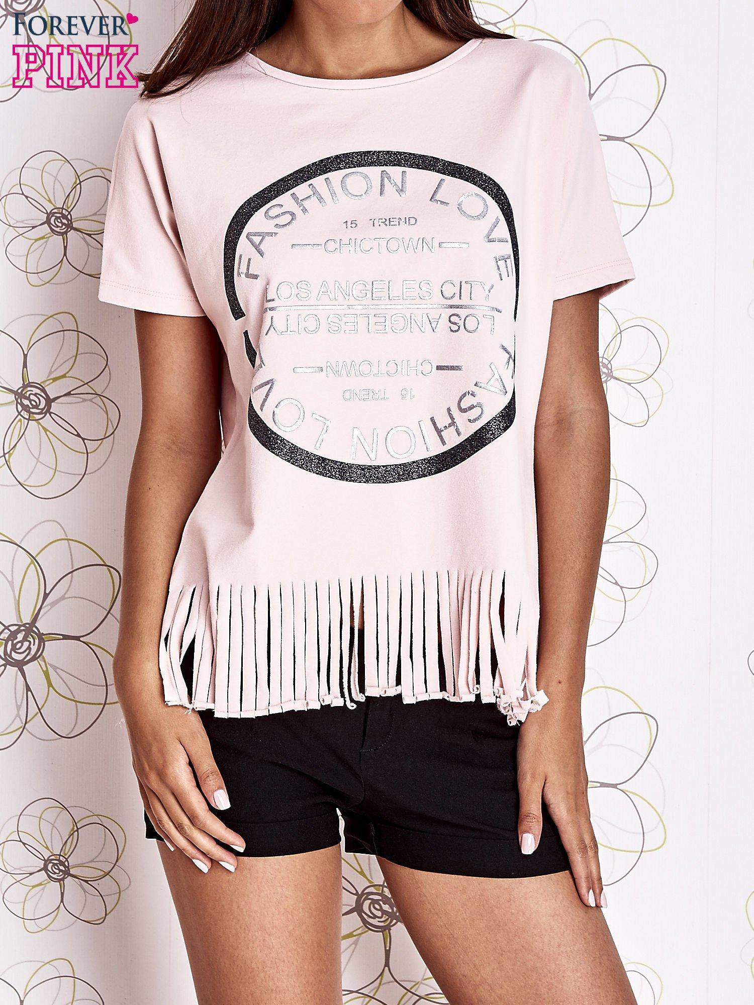 Różowy t-shirt z nadrukiem i frędzlami                                  zdj.                                  1