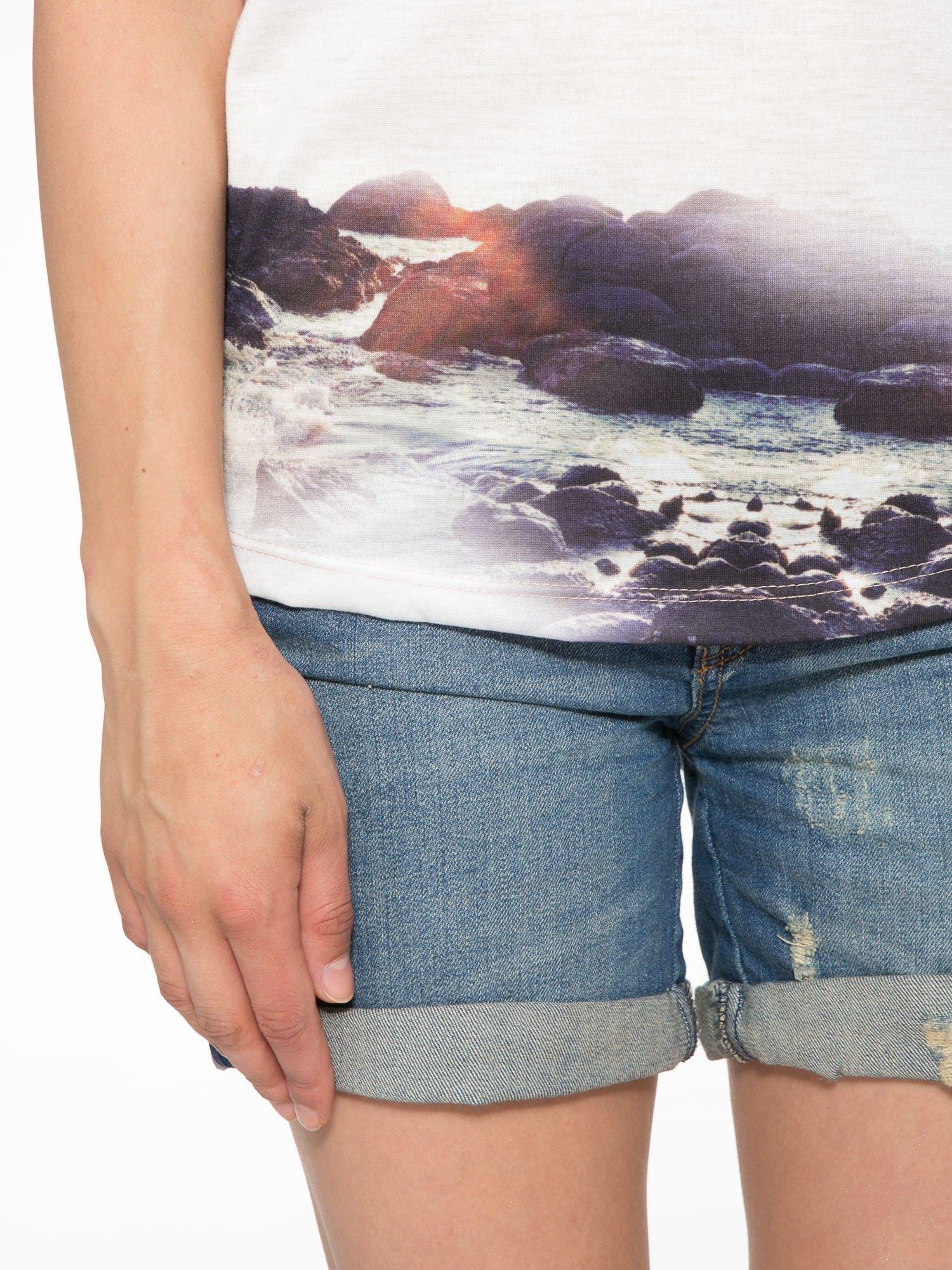 Różowy t-shirt z nadrukiem pejzażu i napisem EXQUISTE z dżetami                                  zdj.                                  6
