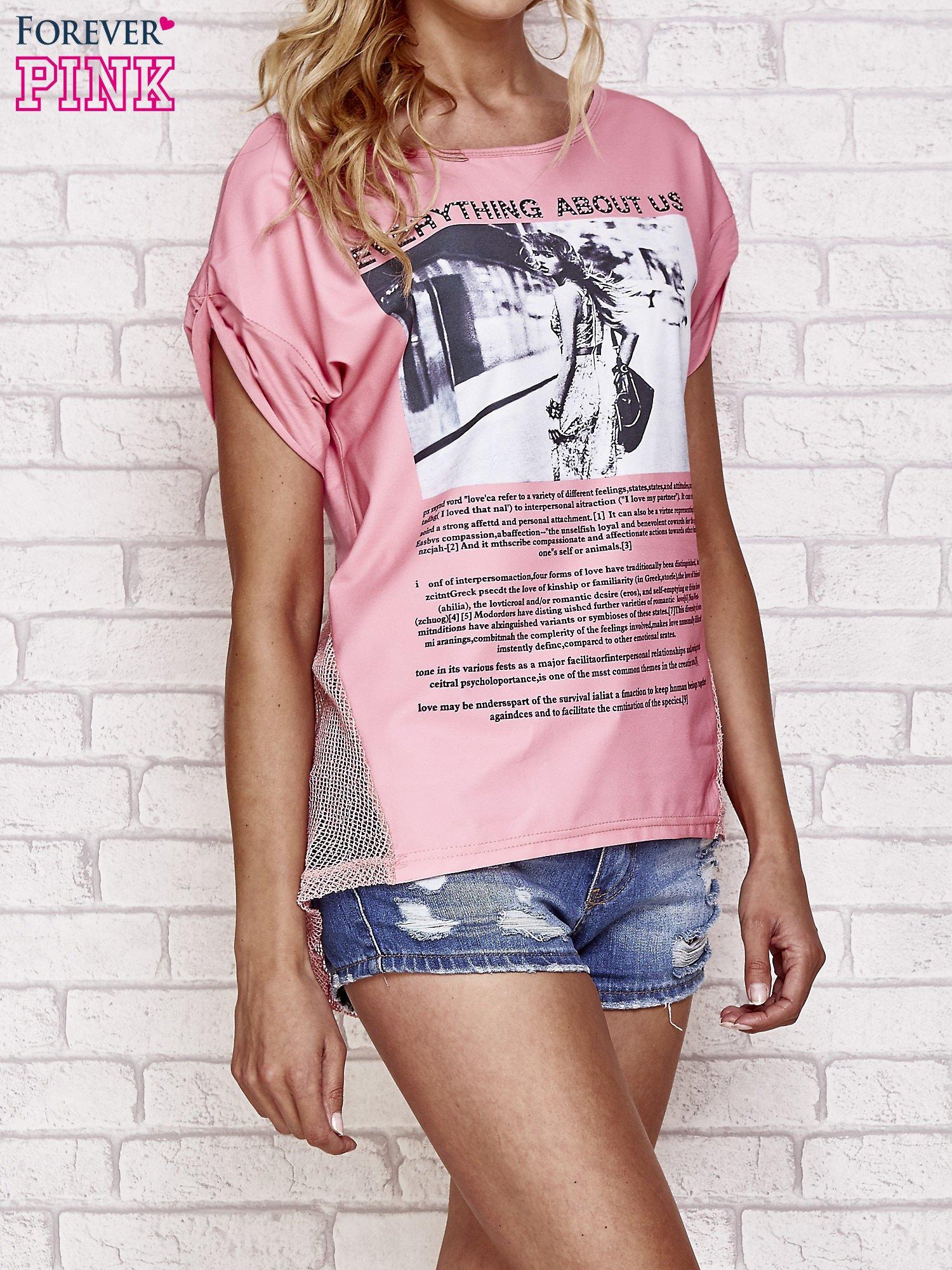 Różowy t-shirt z napisem EVERYTHING ABOUT US i siateczkowym tyłem                                  zdj.                                  3