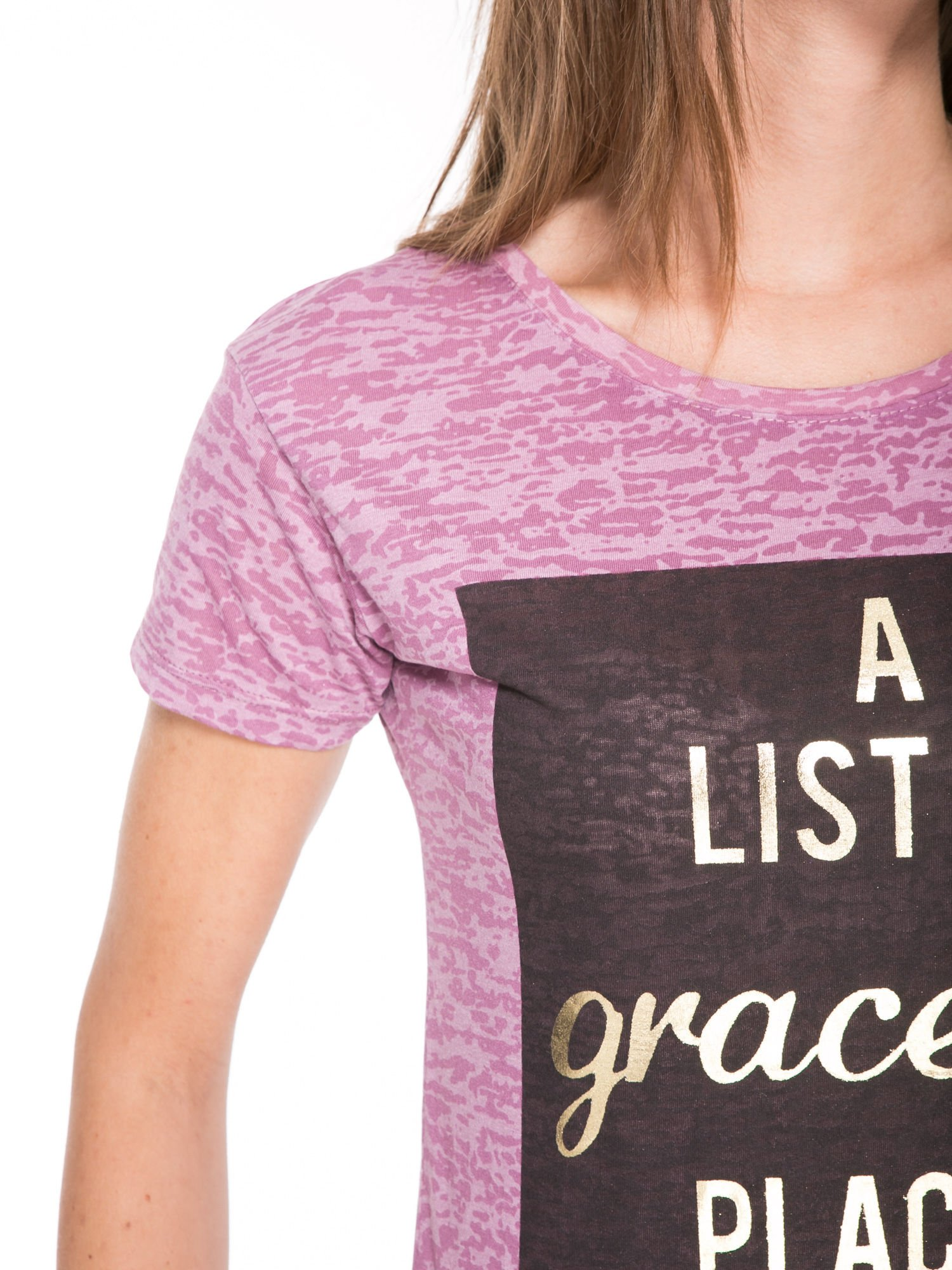 Różowy t-shirt ze złotym napisem A LIST OF GRACEFUL PLACES                                  zdj.                                  7