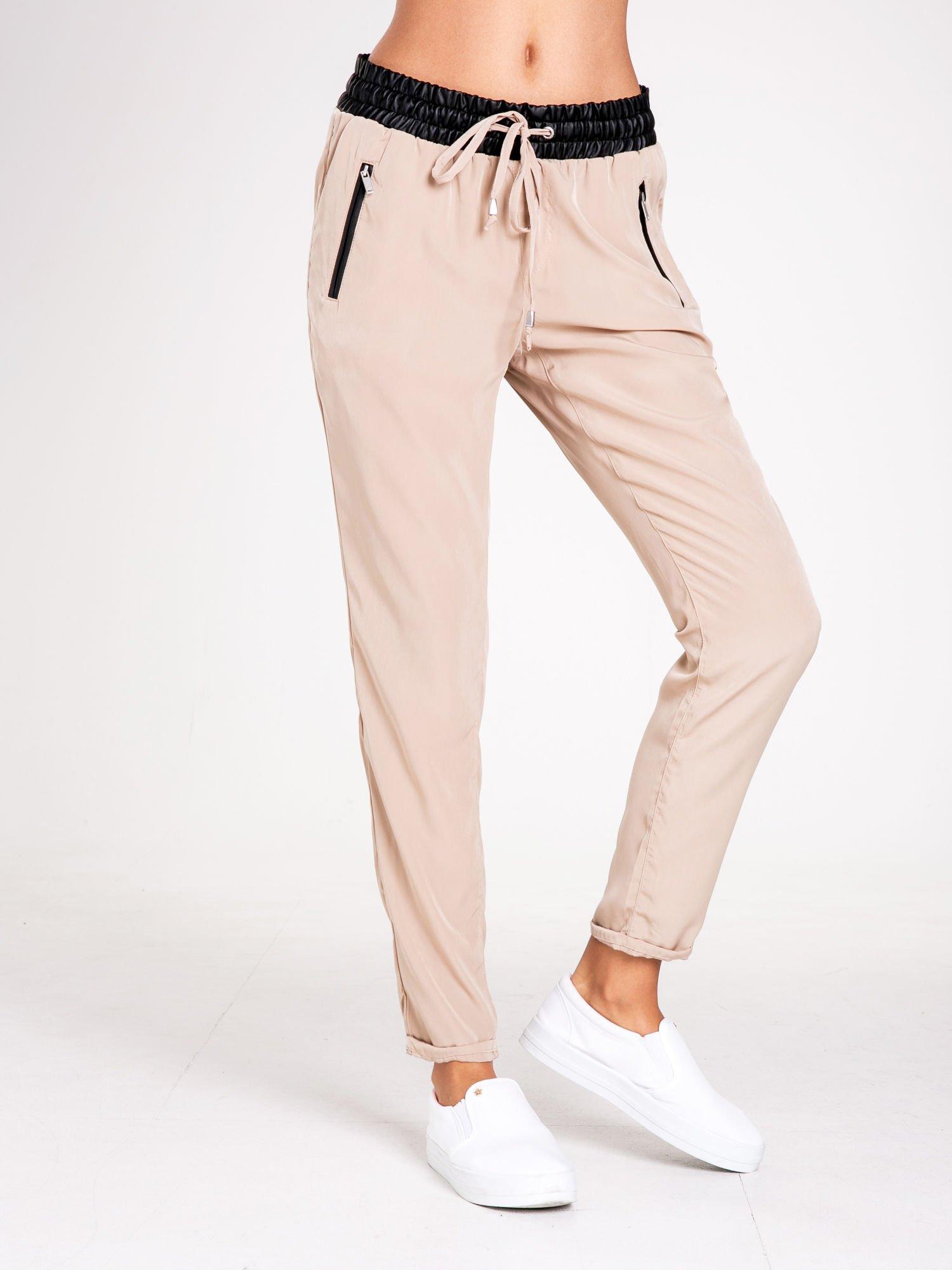STRADIVARIUS Beżowe spodnie ze skórzanym pasem i zamkami                                  zdj.                                  1