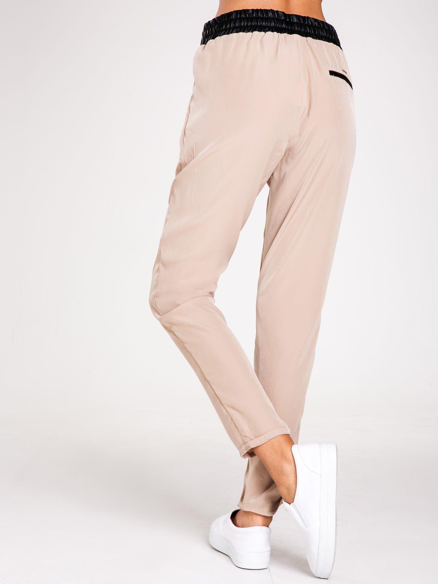 STRADIVARIUS Beżowe spodnie ze skórzanym pasem i zamkami                                  zdj.                                  2