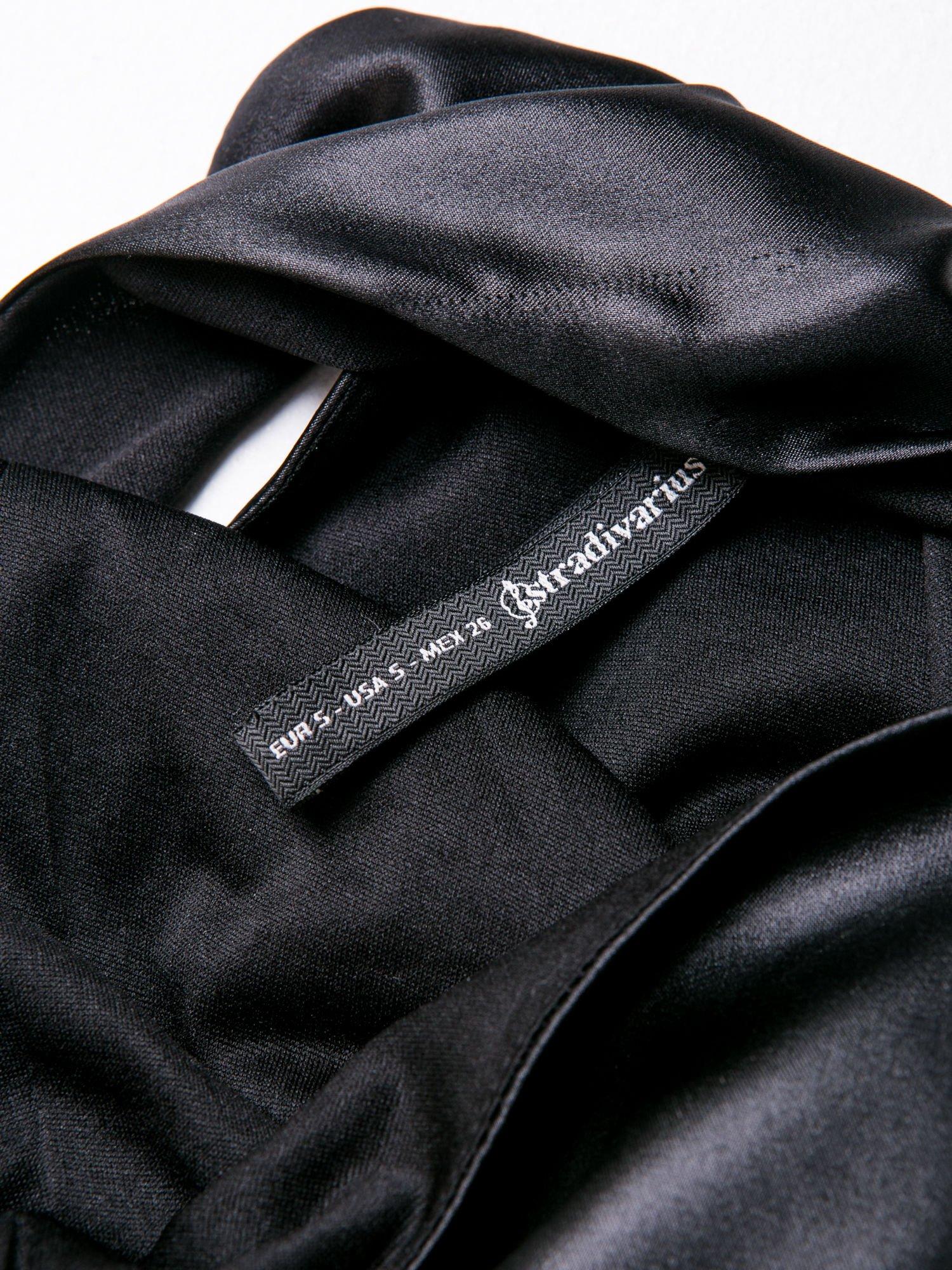 STRADIVARIUS Czarna skórzana sukienka na jedno ramię                                  zdj.                                  3