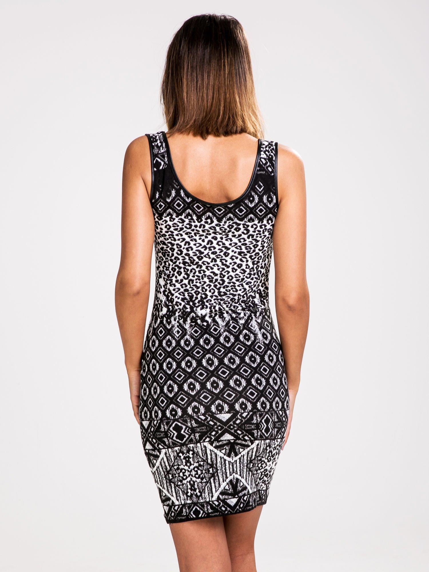 STRADIVARIUS Czarno-biała sukienka z nadrukiem patchworkowym                                  zdj.                                  2