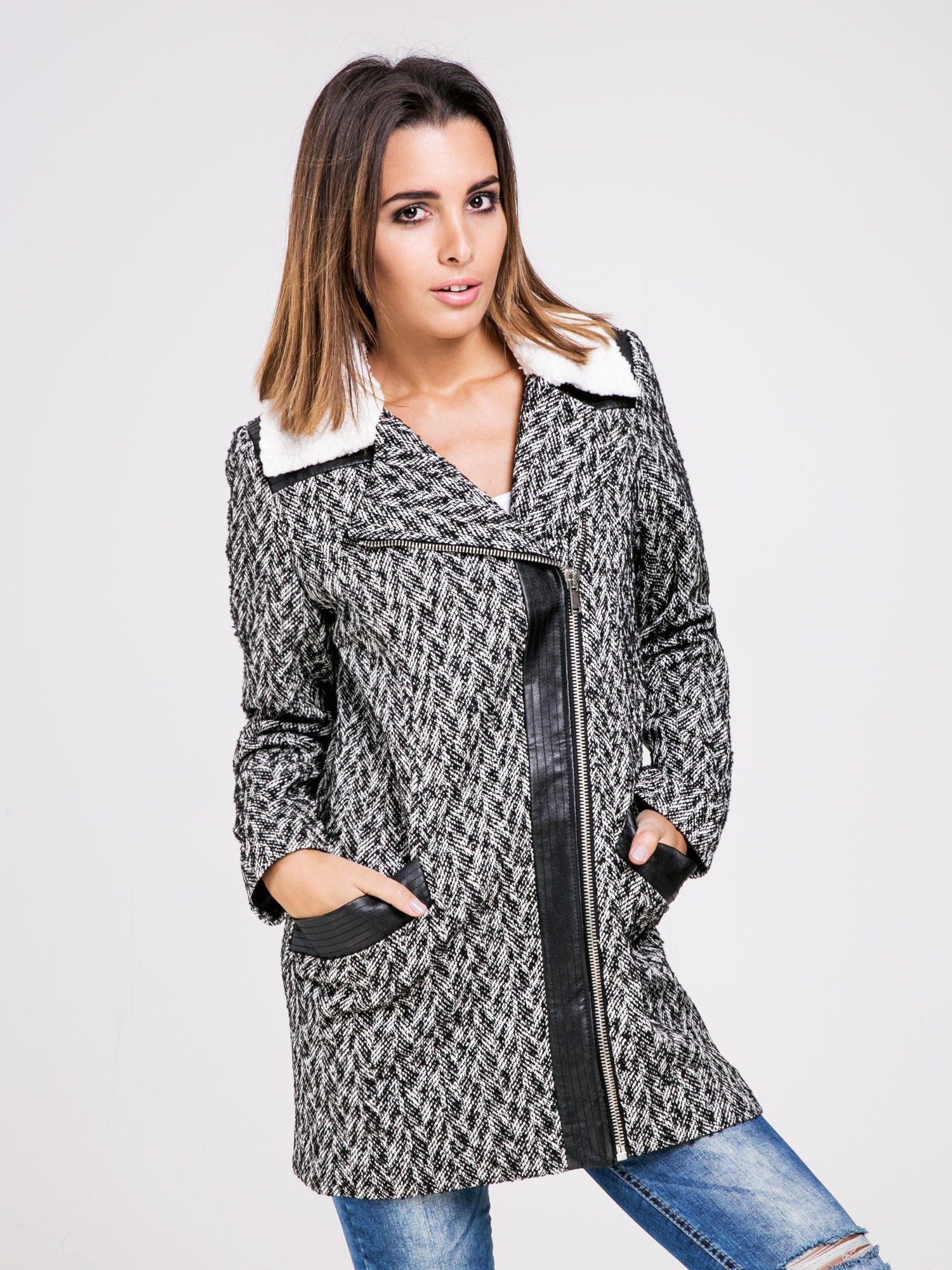 STRADIVARIUS  Czarny płaszcz ze skórzanymi dodatkami i kożuszkiem                                  zdj.                                  1