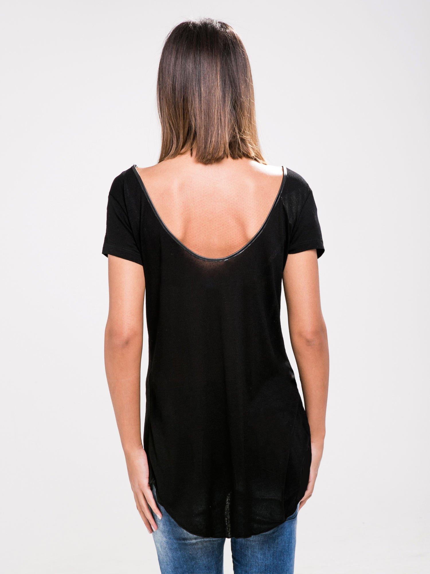 STRADIVARIUS Czarny t-shirt ze skórzaną lamówką                                  zdj.                                  2