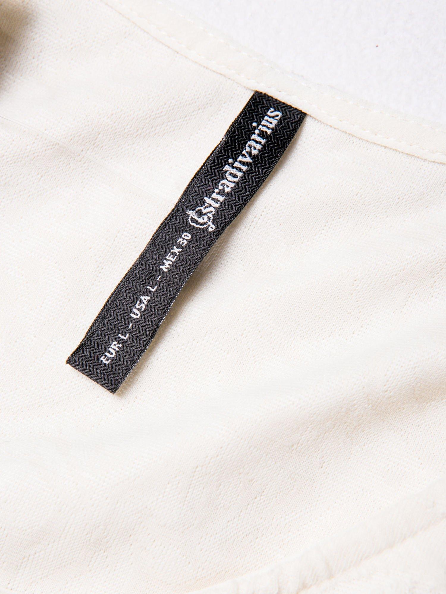 STRADIVARIUS Ecru sukienka z tłoczonego materiału                                  zdj.                                  3
