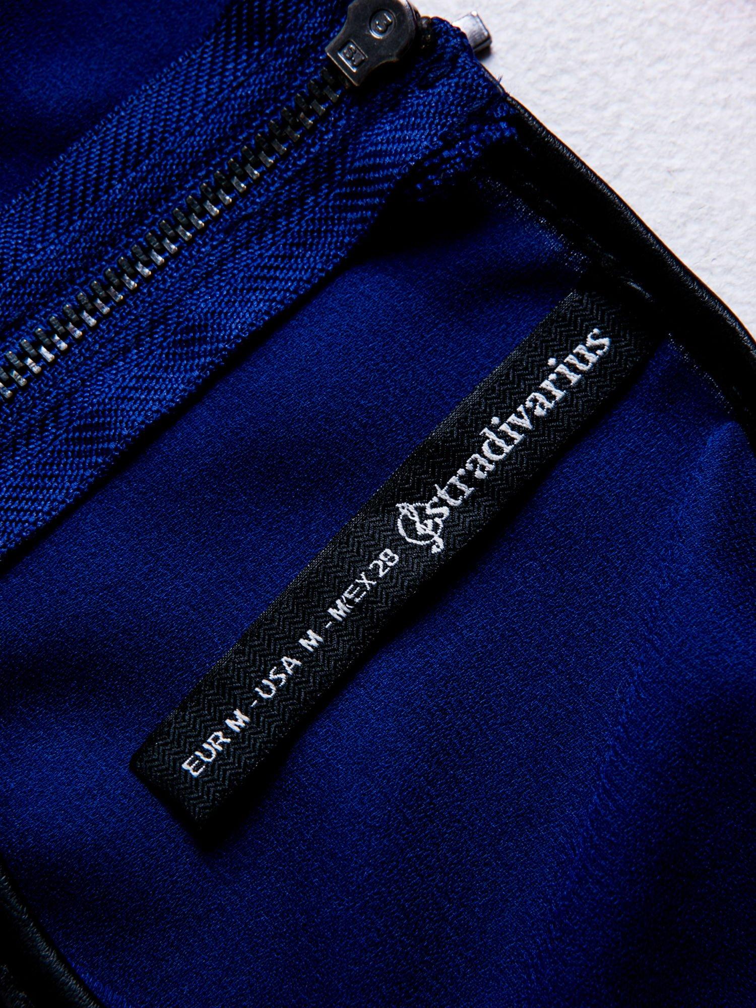 STRADIVARIUS Kobaltowy t-shirt typu cropped z dżetami i skórzaną lamówką                                  zdj.                                  3