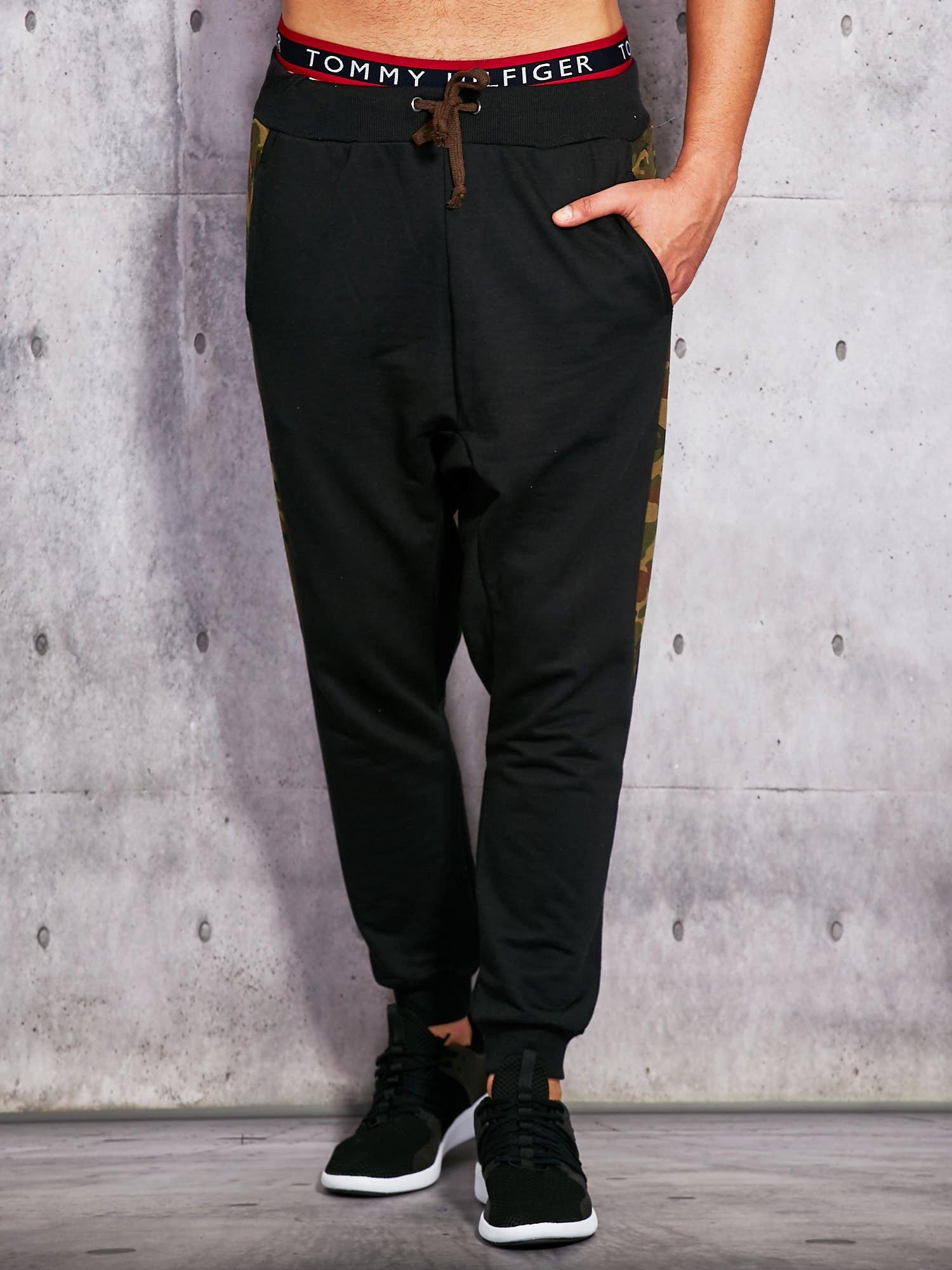 8174c1338c8c6c Spodnie dresowe ze wstawką moro czarne - Mężczyźni Spodnie dresowe ...