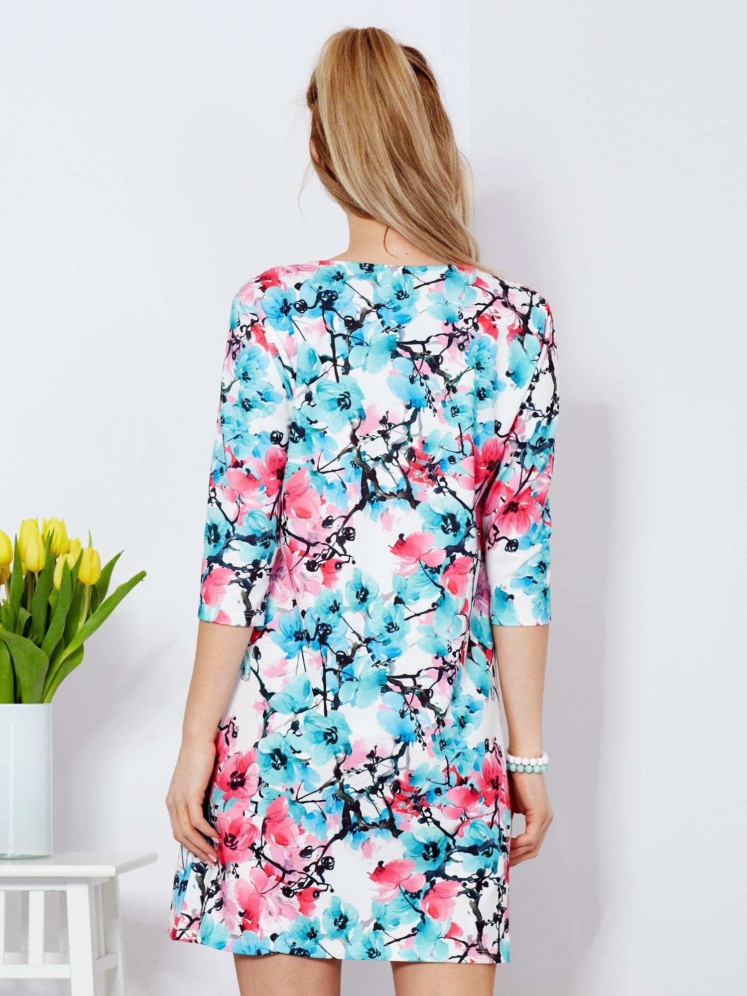 15e94729 Sukienka biała w kolorowe kwiatowe wzory