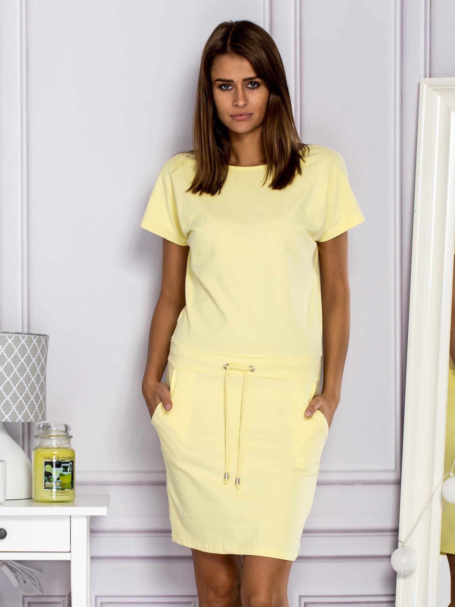 34708633a8 Sukienka dresowa z ozdobnymi paseczkami żółta - Sukienka na co dzień ...