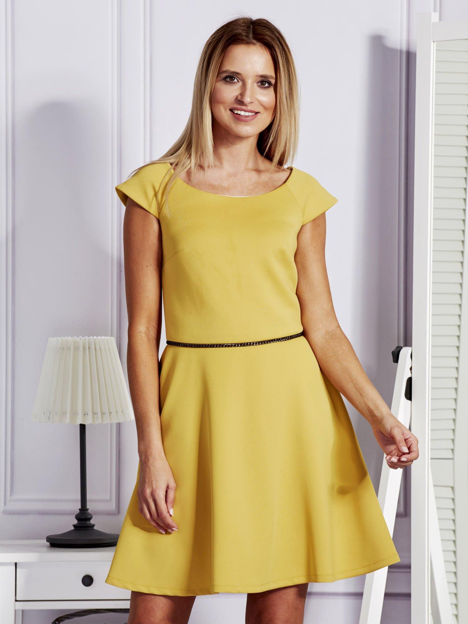 6b83ab5b19 Sukienka koktajlowa z błyszczącym paskiem żółta - Sukienka ...