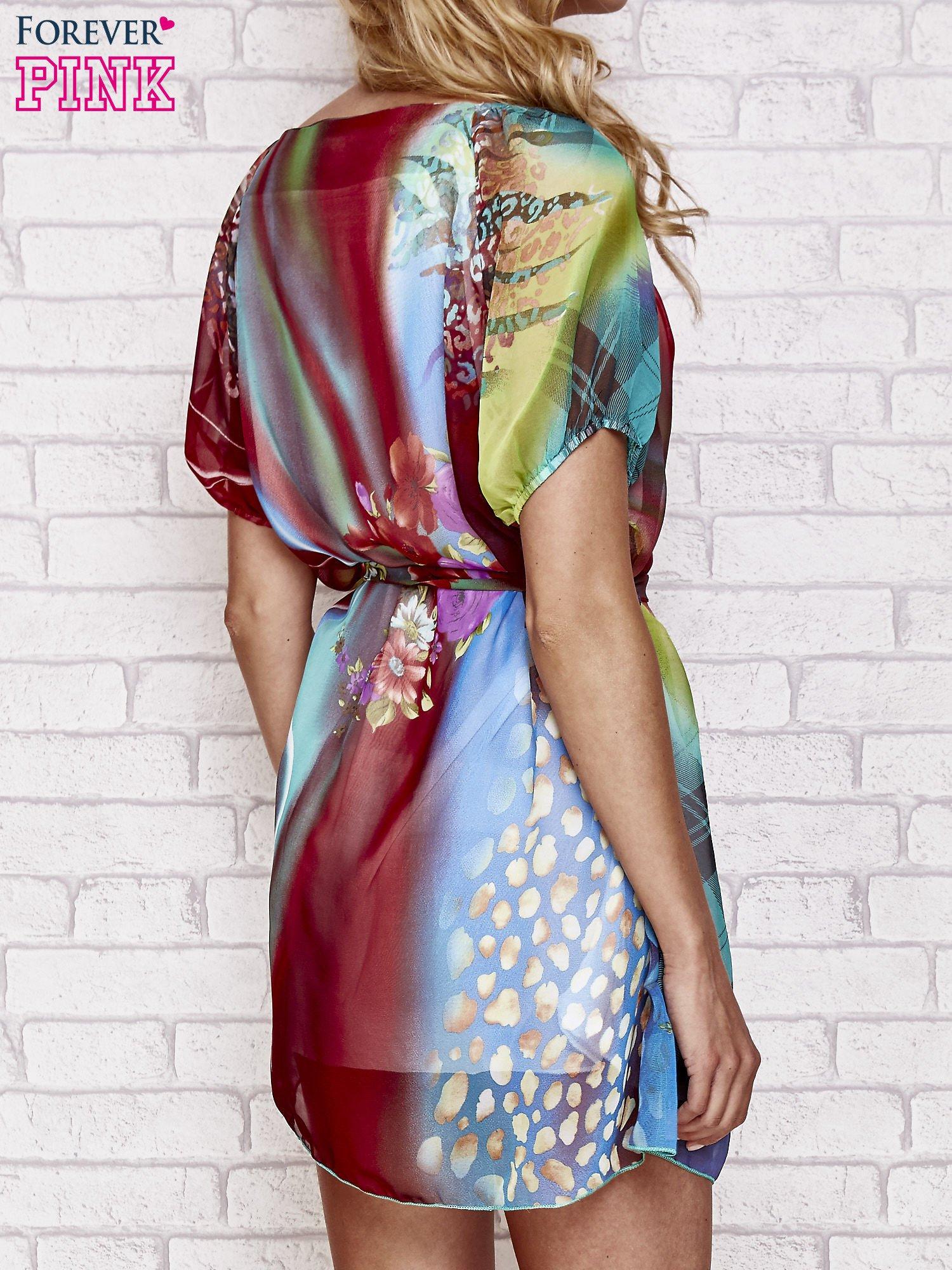 Sukienka mgiełka w kolorowe wzory z paskiem i aplikacją                                  zdj.                                  2