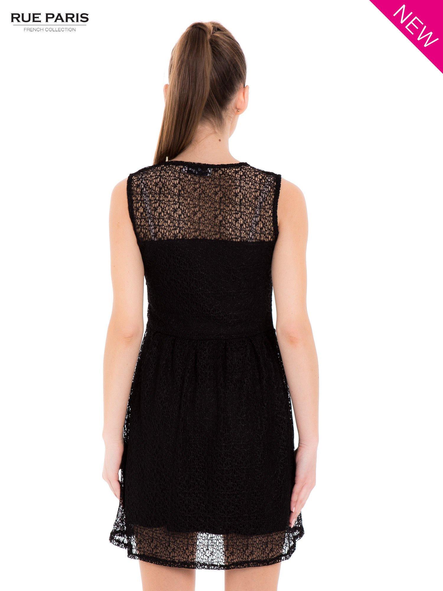 Sukienka pokryta misternie tkaną czarną koronką                                  zdj.                                  3