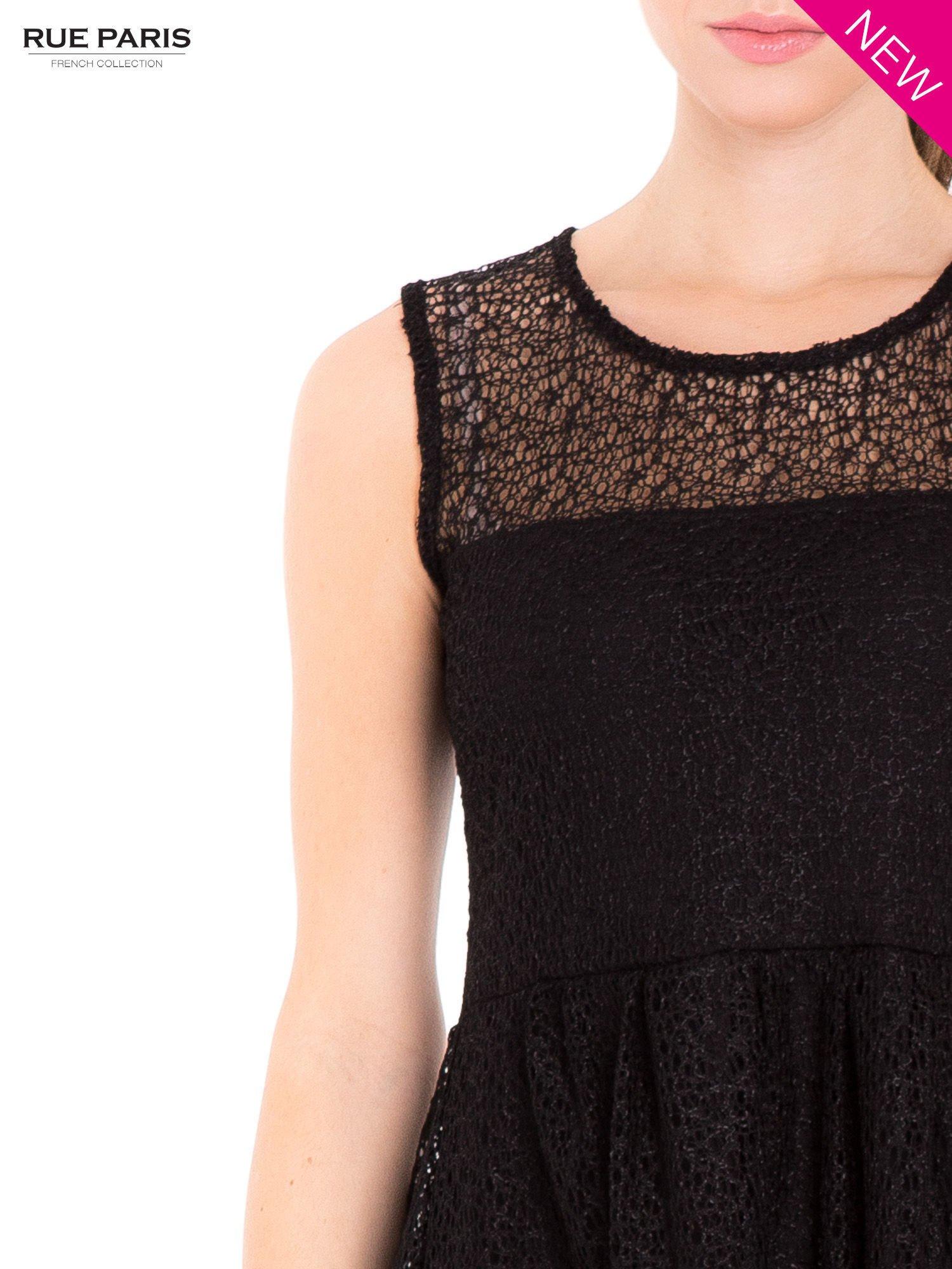 Sukienka pokryta misternie tkaną czarną koronką                                  zdj.                                  6