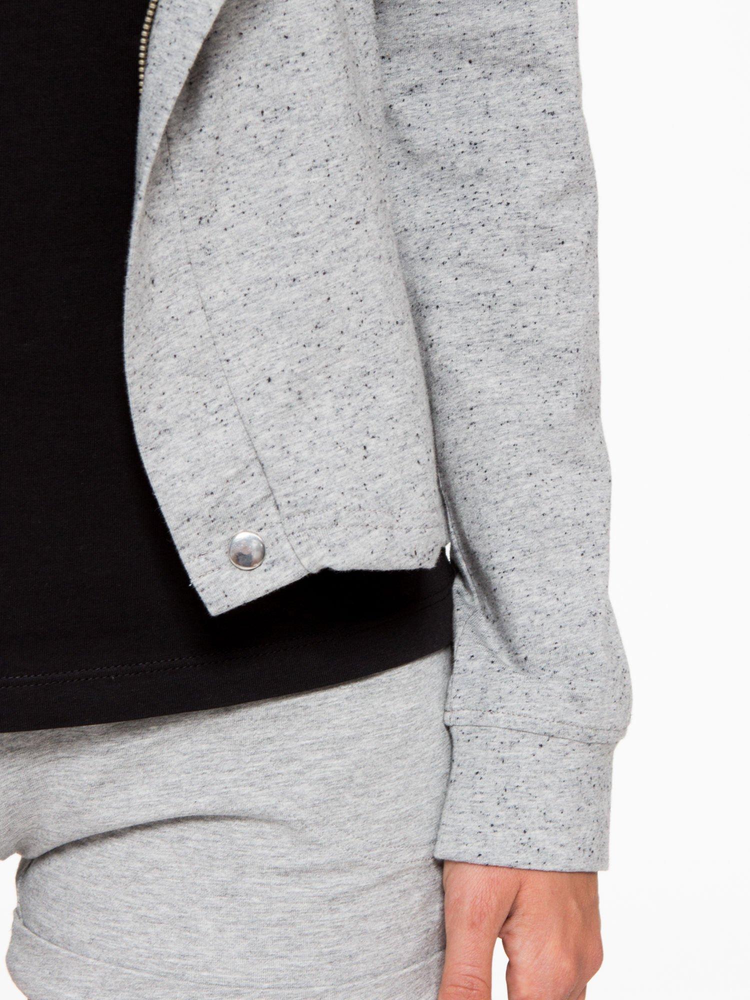 Szara bluza dresowa z asymetrycznym suwakiem i kapturem                                  zdj.                                  8
