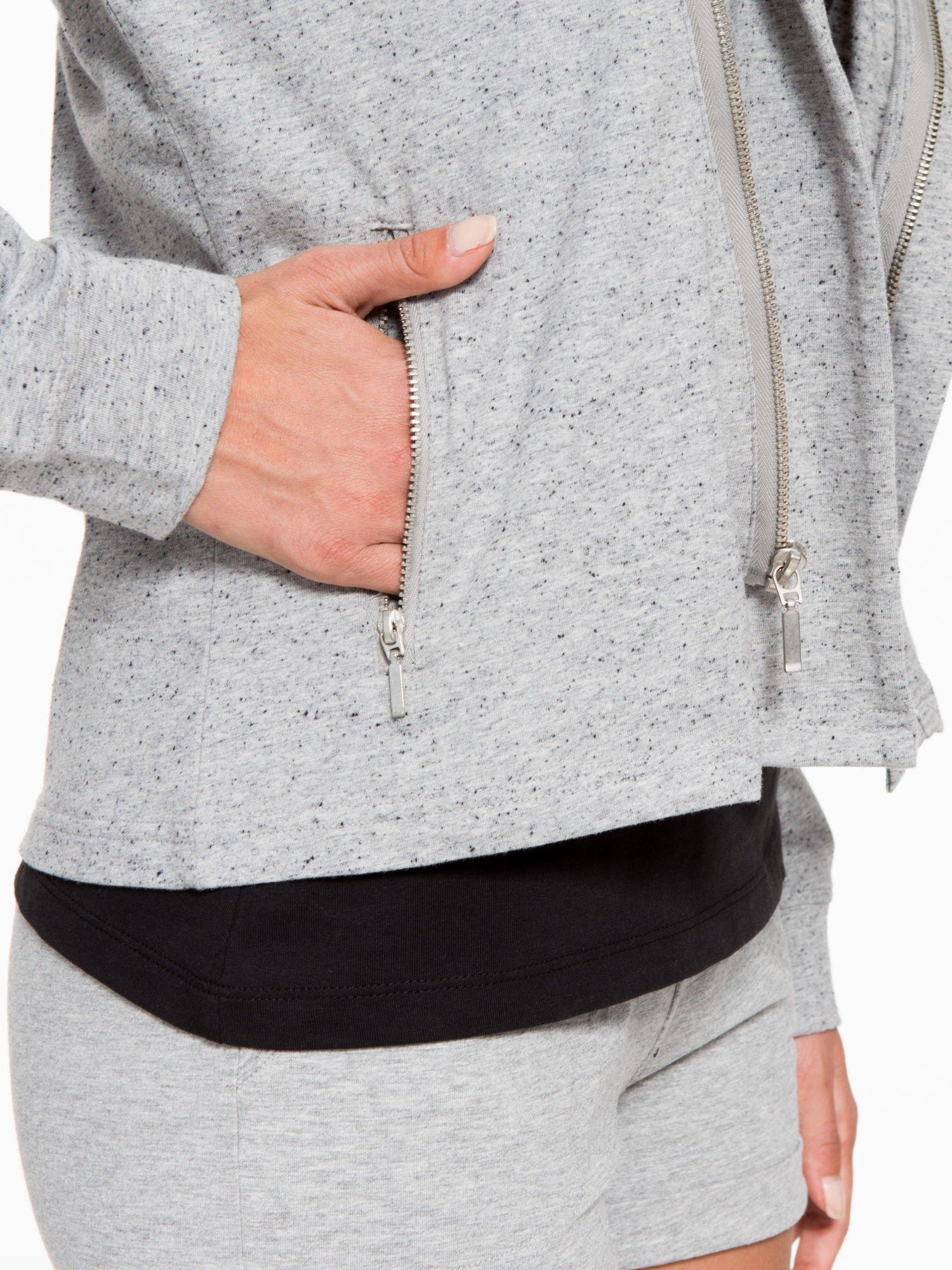 Szara bluza dresowa z asymetrycznym suwakiem i kapturem                                  zdj.                                  10