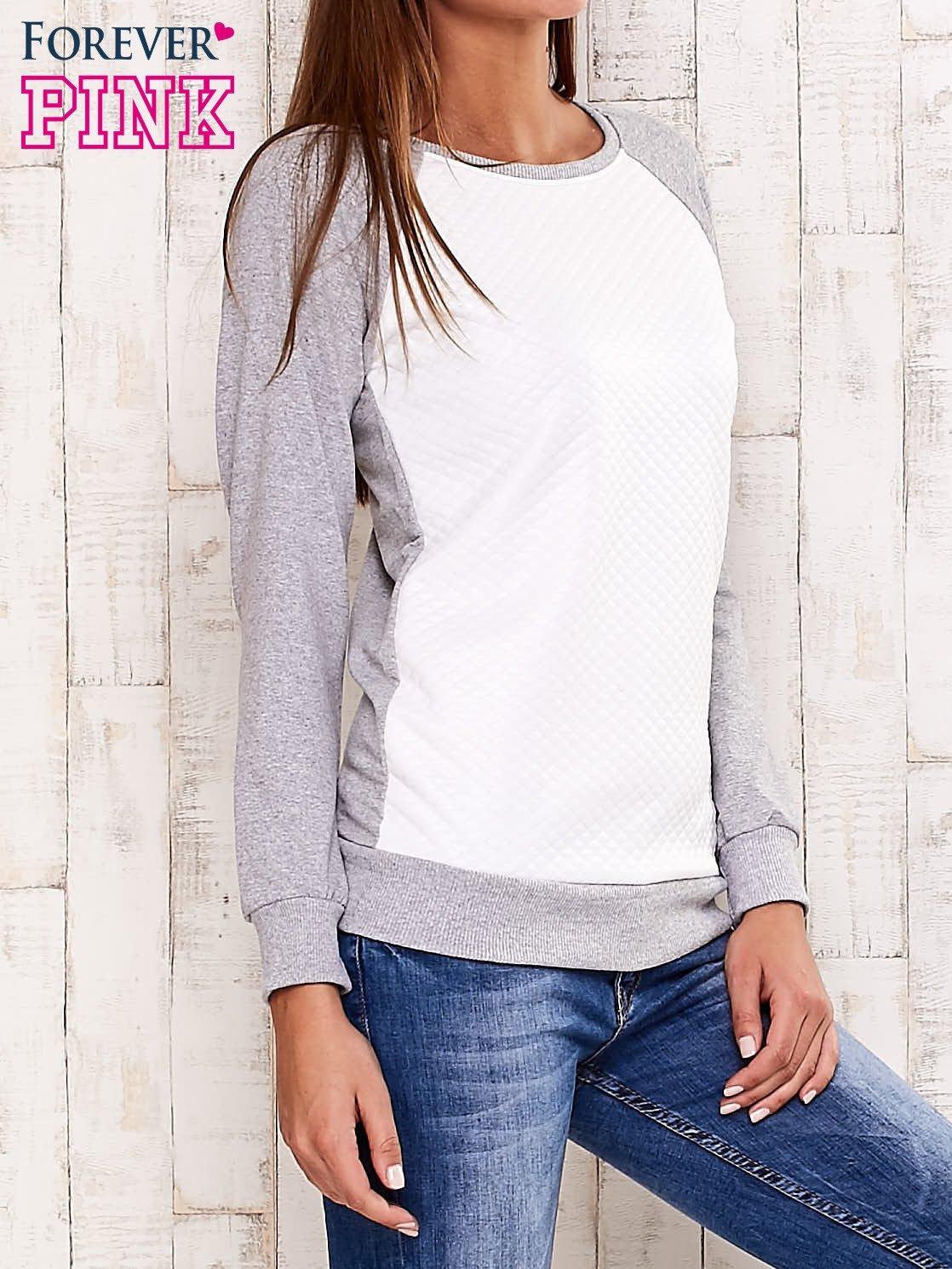 Szara bluza z białą pikowaną wstawką                                  zdj.                                  3