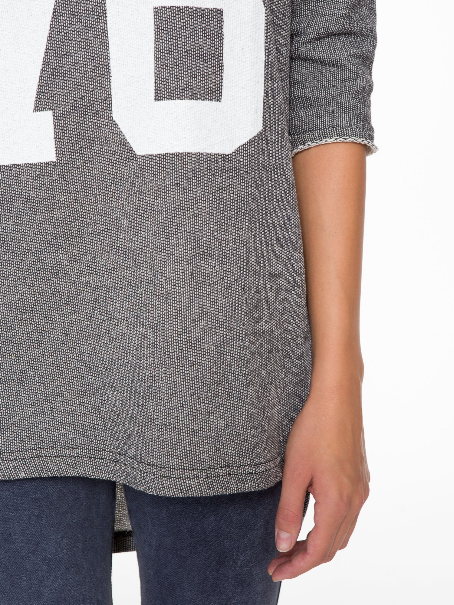 Szara bluza z numerkiem w stylu baseballowym                                  zdj.                                  7