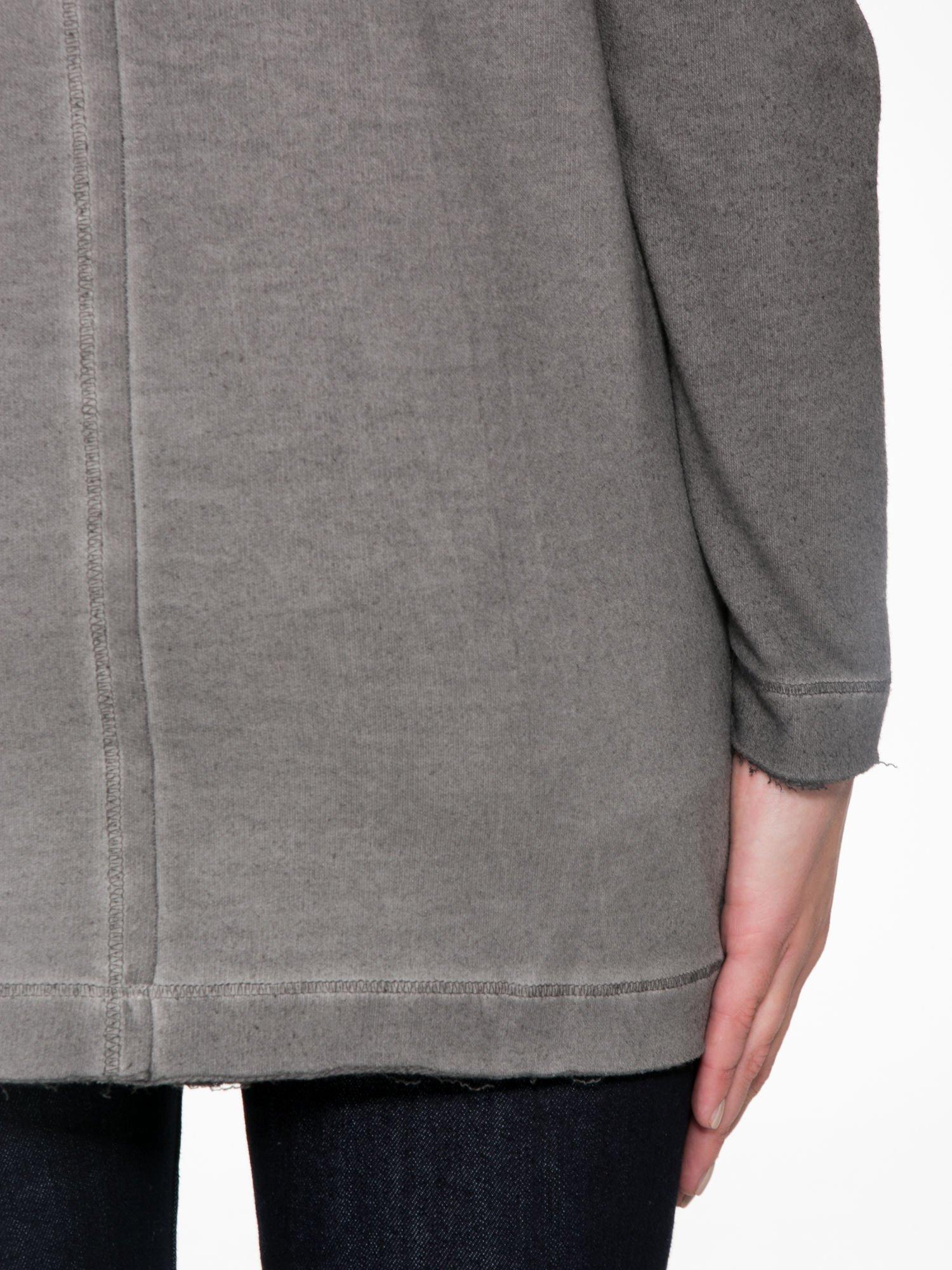 Szara bluza z surowym wykończeniem i widocznymi szwami                                  zdj.                                  9