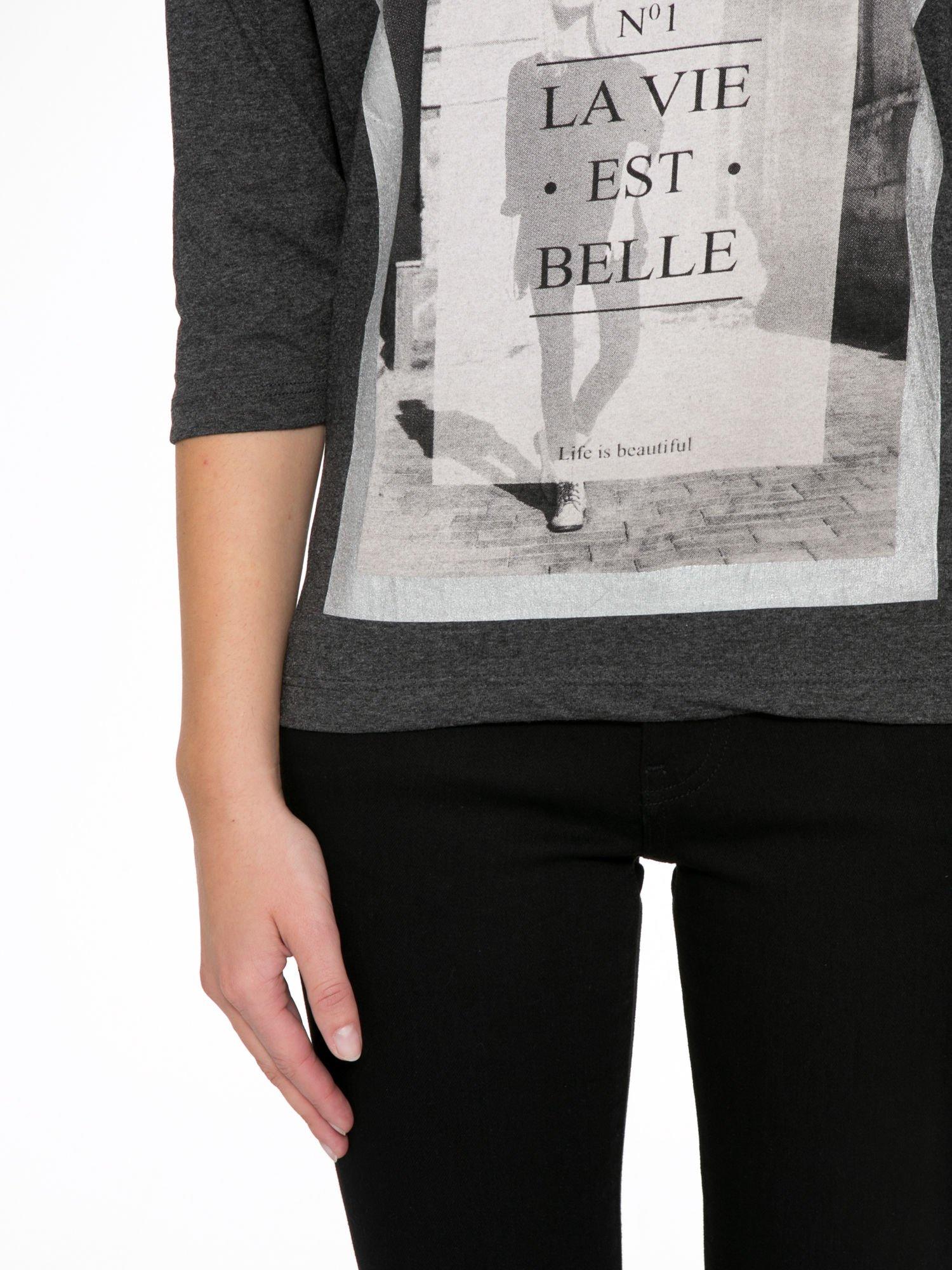 Szara bluzka w stylu fashion z nadrukiem LA VIE EST BELLE                                  zdj.                                  7