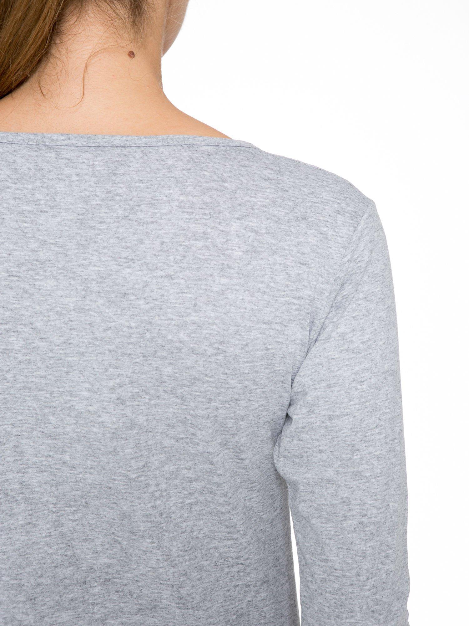Szara bluzka z nadrukiem kobiety i napisem UNIQUE                                  zdj.                                  8