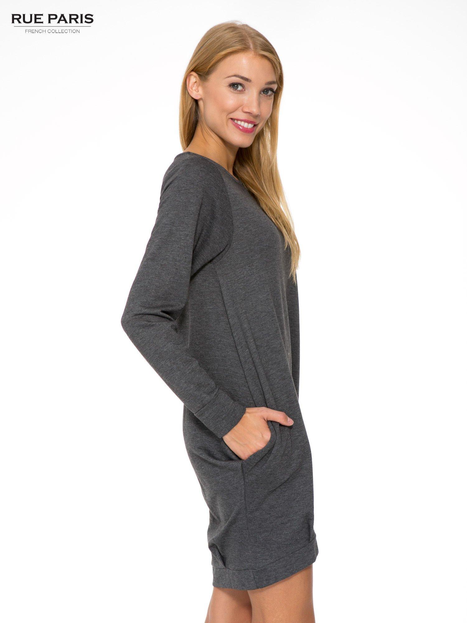 Szara dresowa sukienka oversize z ozdobnymi kieszeniami                                  zdj.                                  4